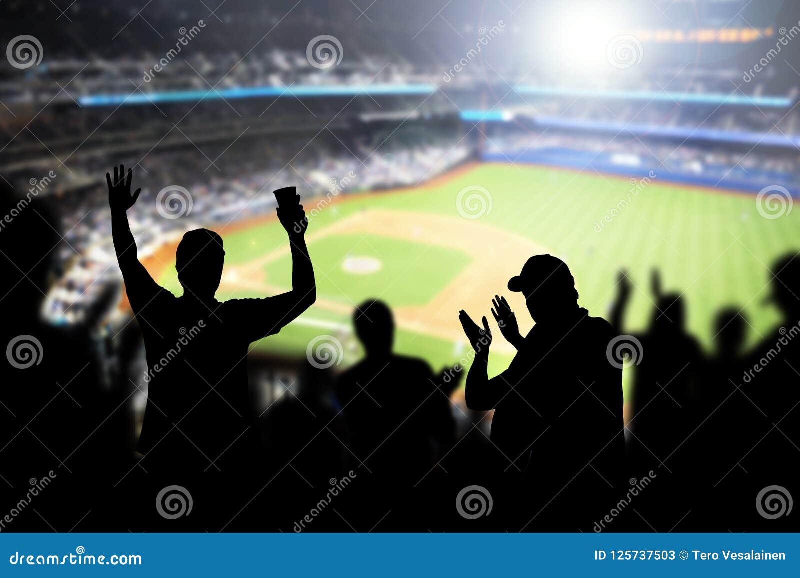 Fan e folla di baseball che incoraggiano nello stadio