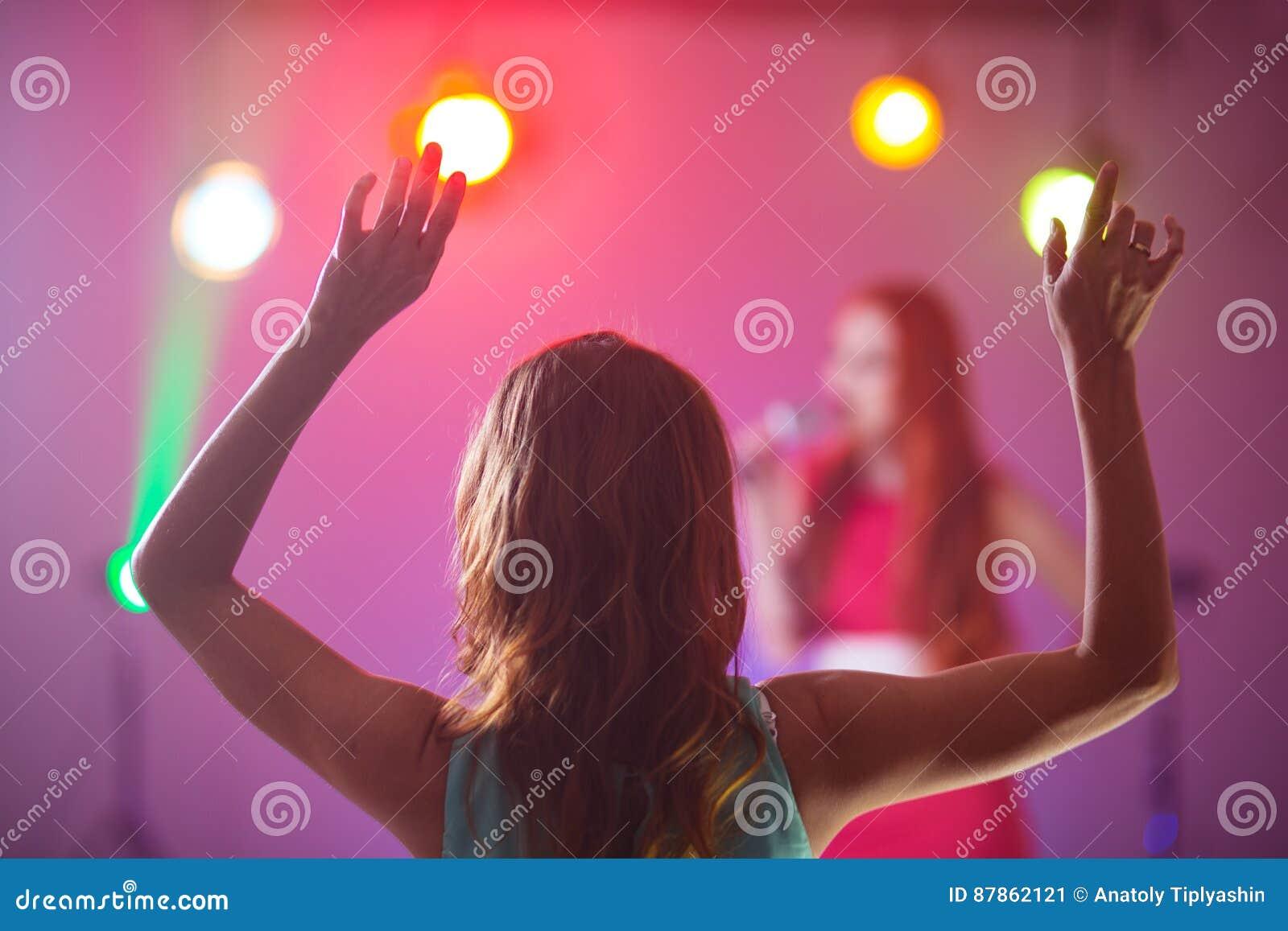 Fan på en favorit- sångaredans för konsert