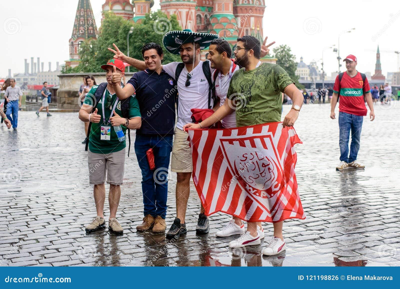 Fan piłki nożnej fotografują na placu czerwonym w Moskwa
