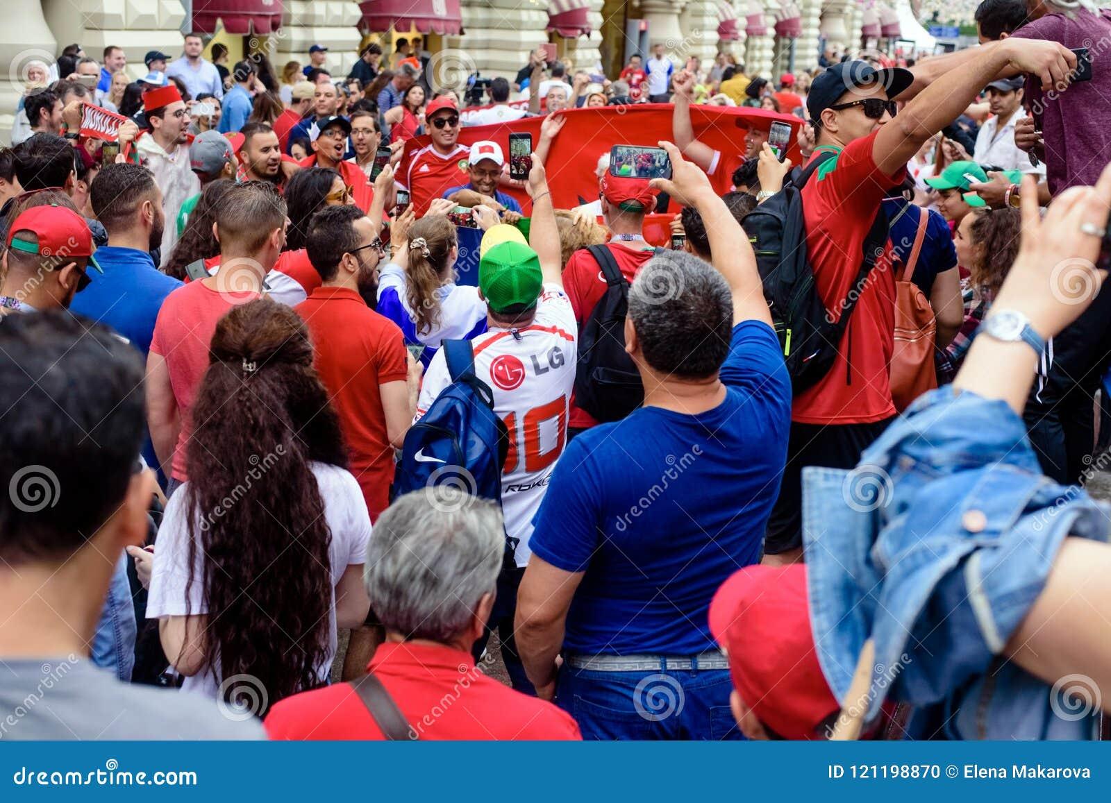 Fan Piłki Nożnej na głównej ulicie wachlują Nikolskaya czekanie dla dopasowania