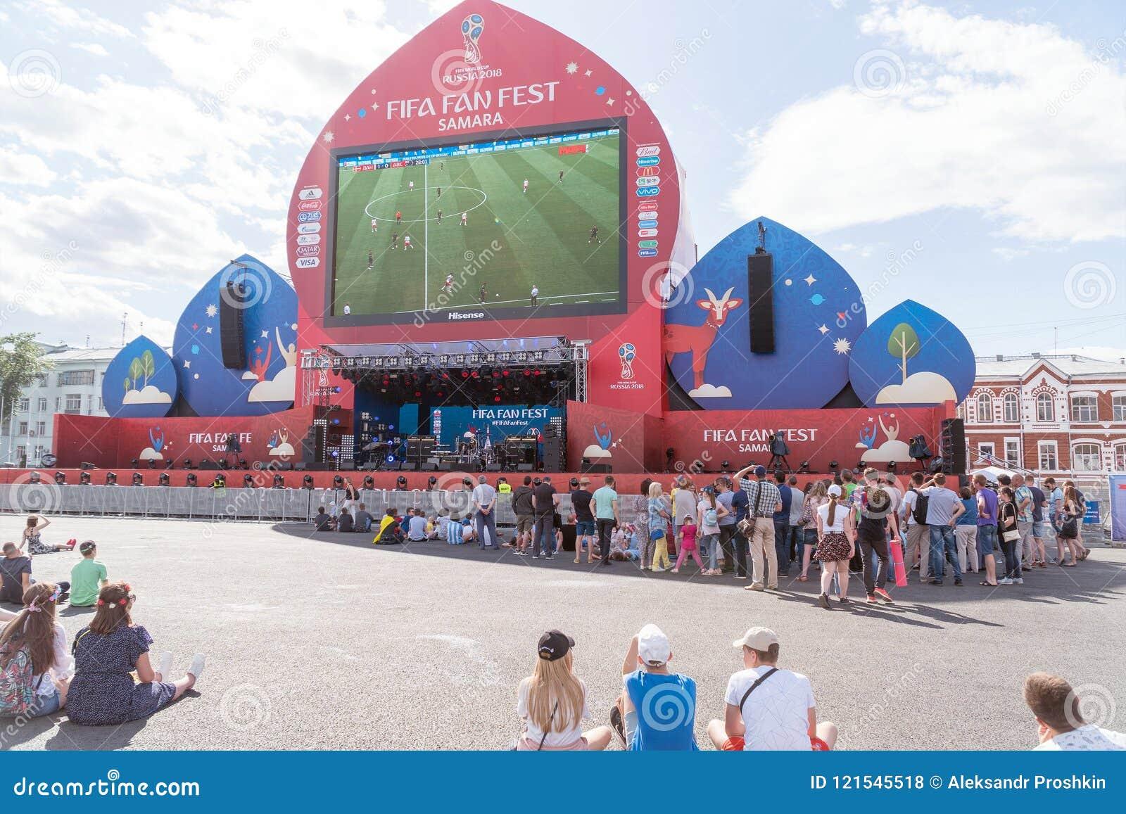 Fan piłki nożnej zegarka program na żywo dopasowanie w fan strefie