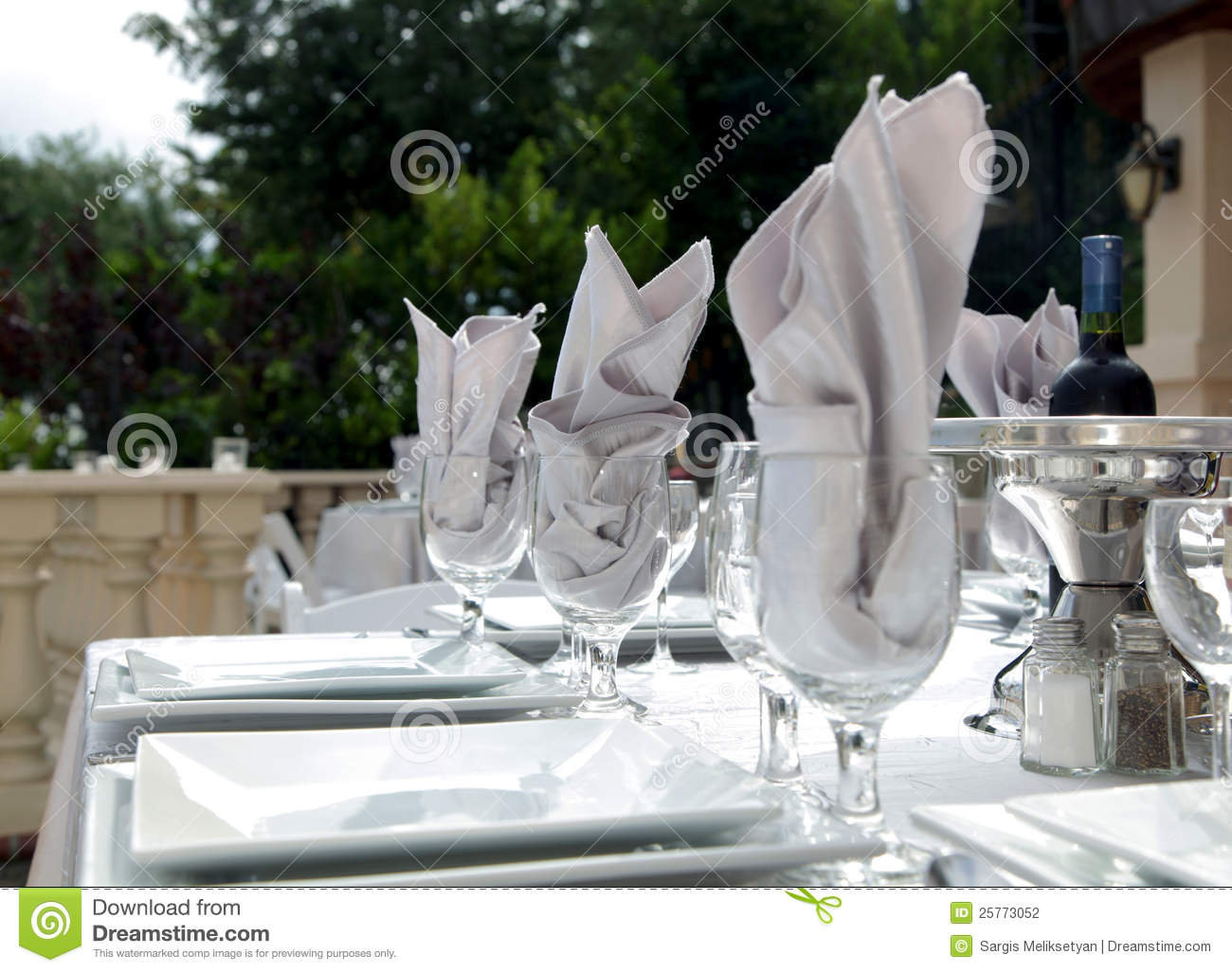Charming Fancy White Table Settings Stock Photography