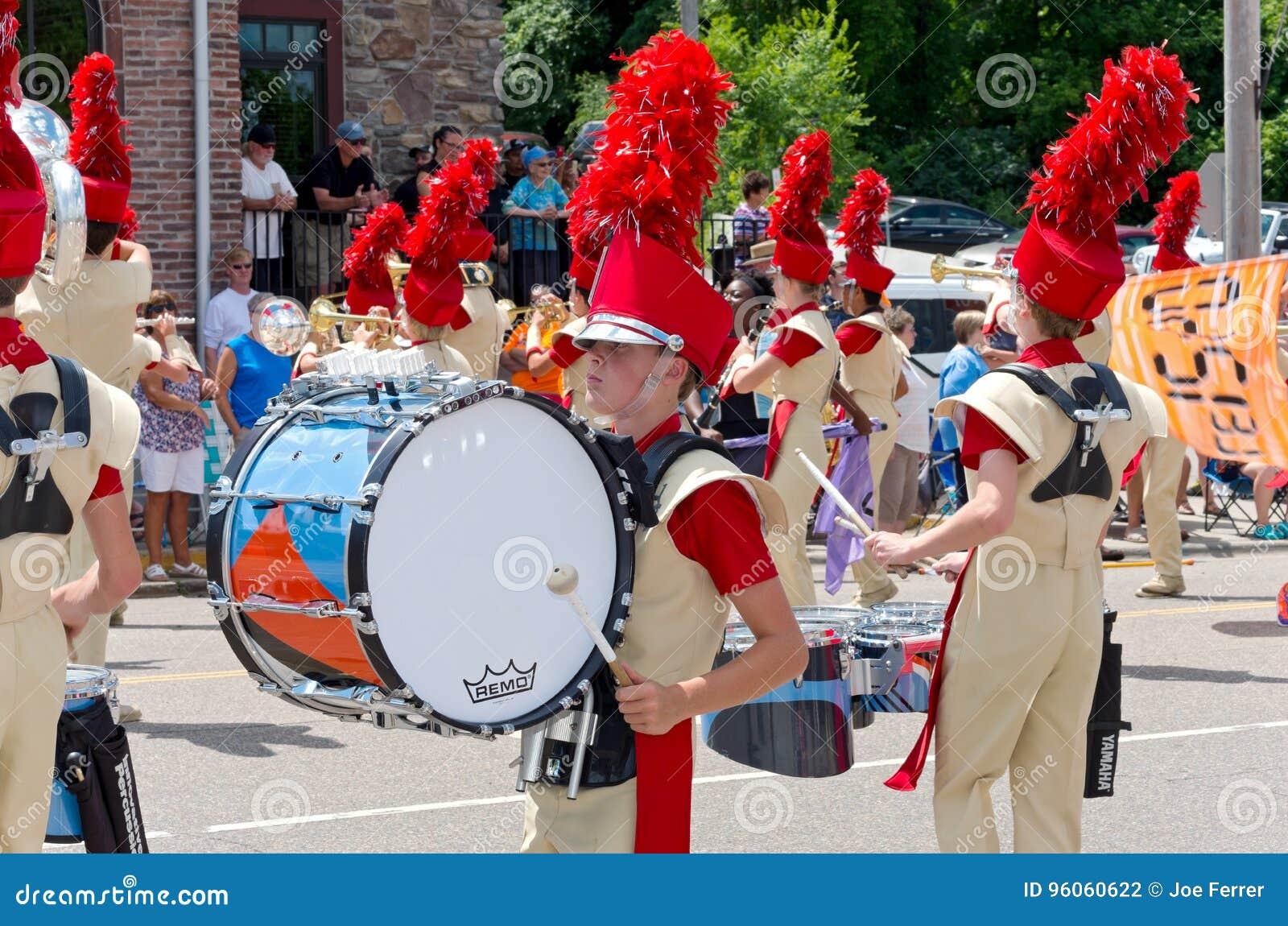 Fanfare de lycée dans le défilé