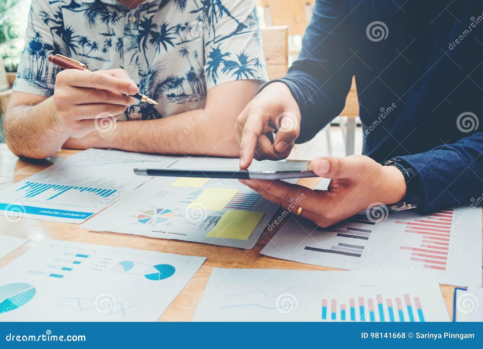 Fangen Sie oben Geschäftsteambesprechung an, an neuem Bus der digitalen Tablette zu arbeiten