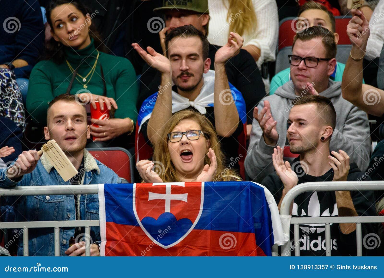 Fans del equipo Eslovaquia, durante el juego de FedCup entre Letonia y Eslovaquia
