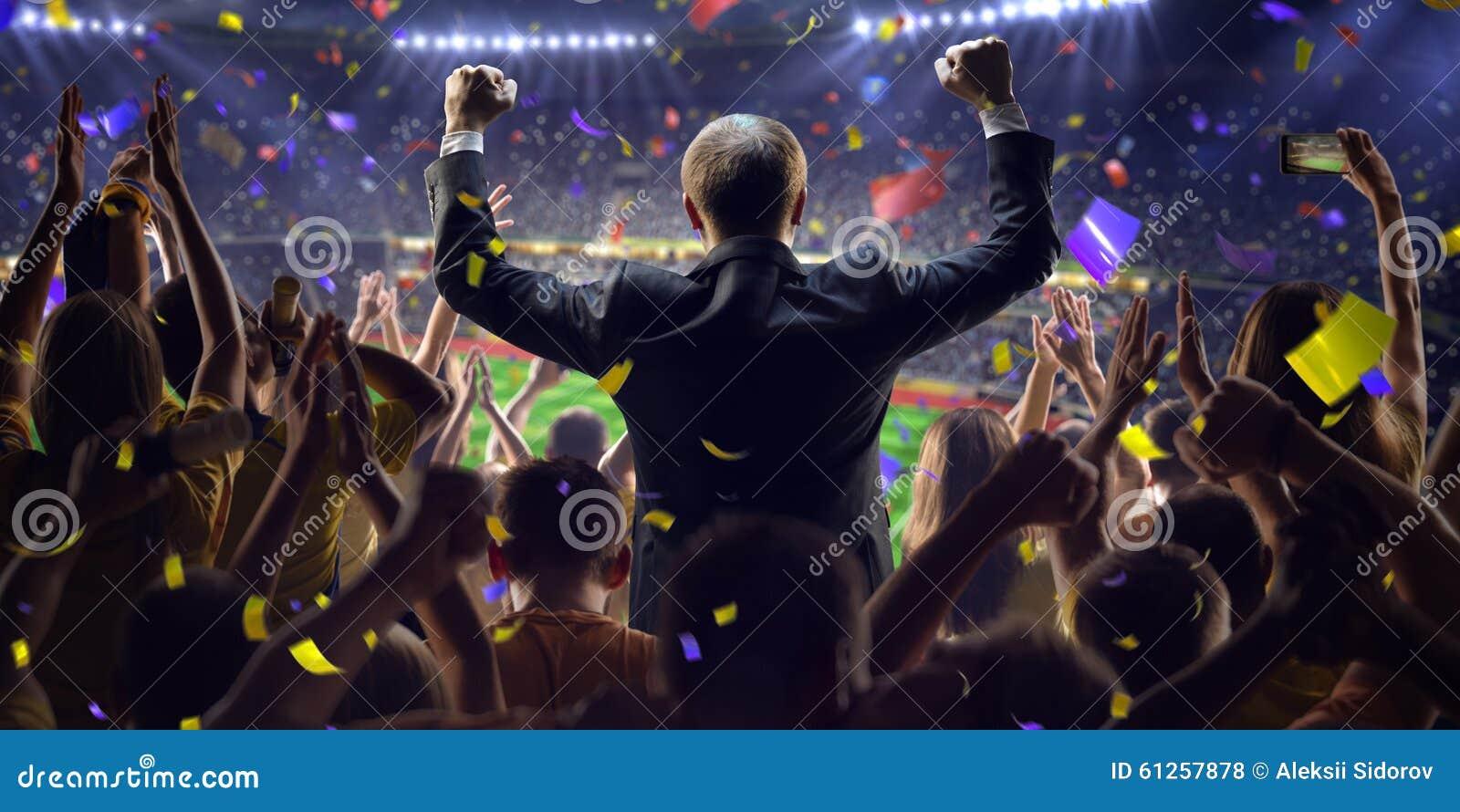 Fans en hombre de negocios del juego del estadio