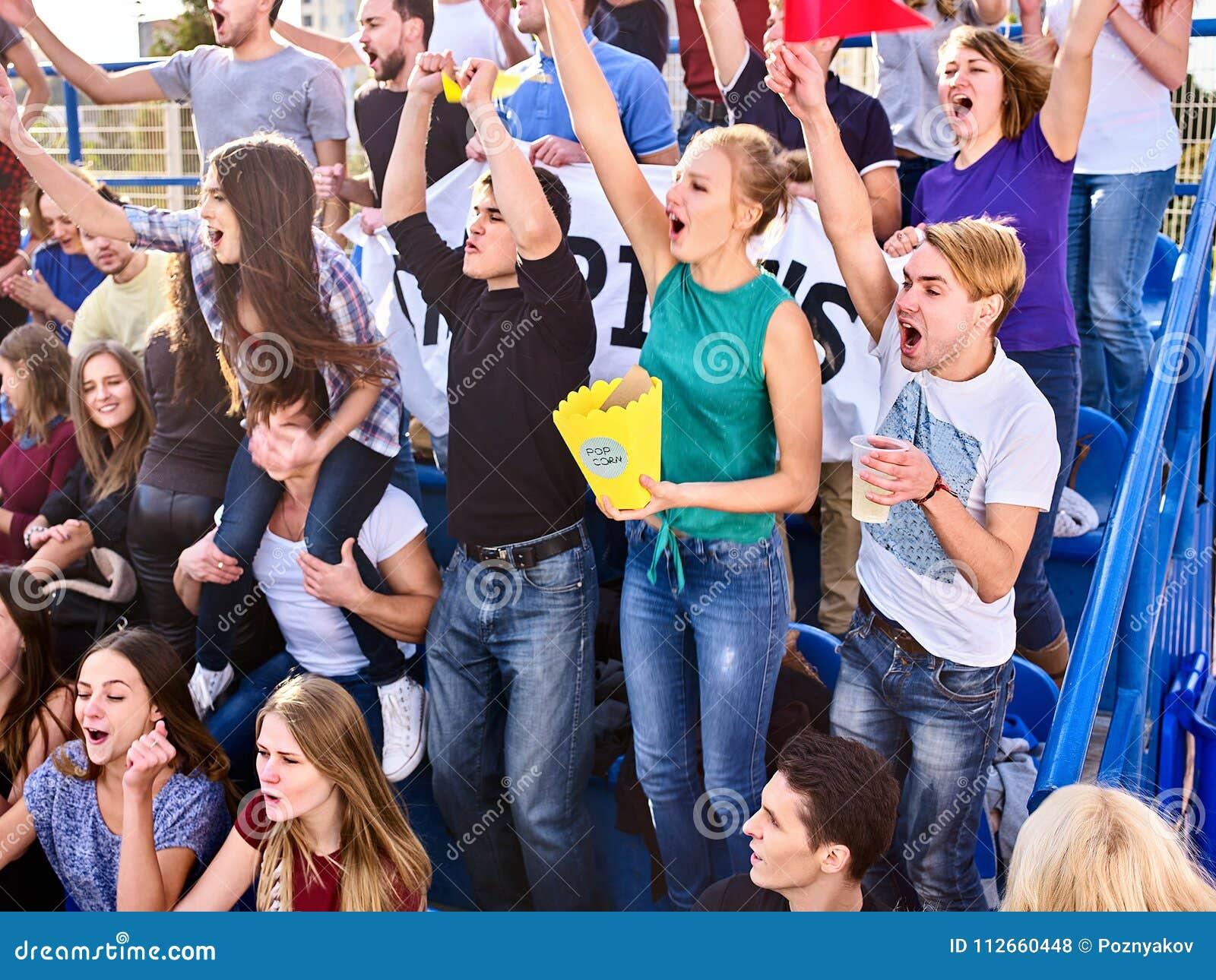Fans encourageants dans le stade tenant la bannière de champion