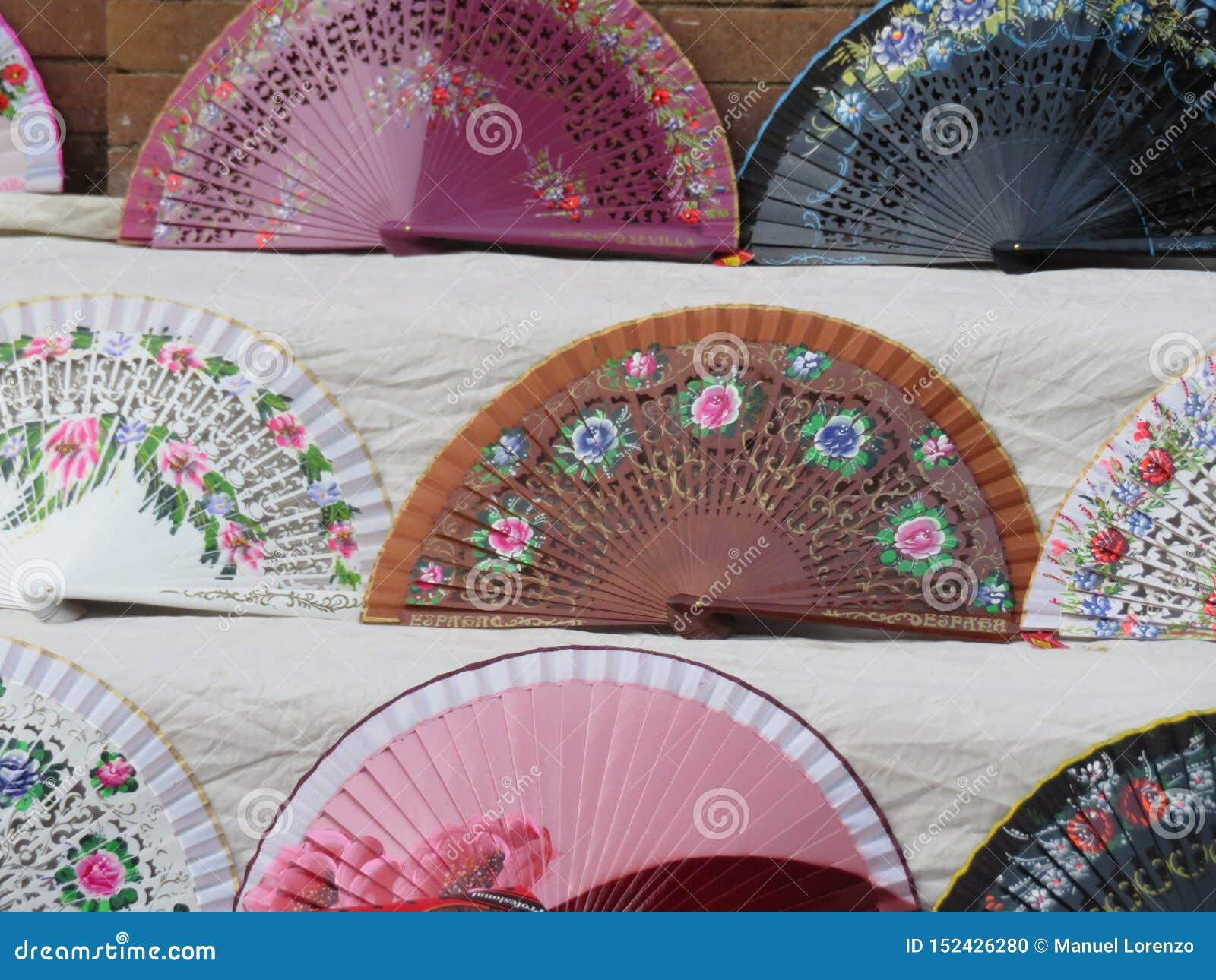 Fans típicas hermosas para refrescar el aire y el calor del verano