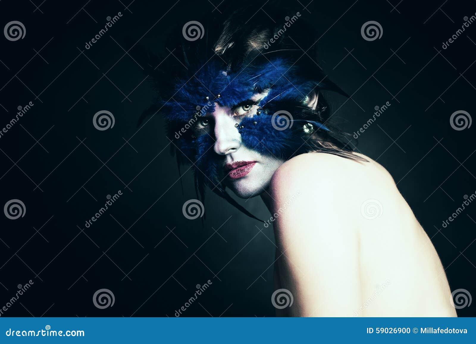 Fantasibegrepp för längdmakeup för konst svart full isolerad kvinna för stående Blå fågel för fantasi