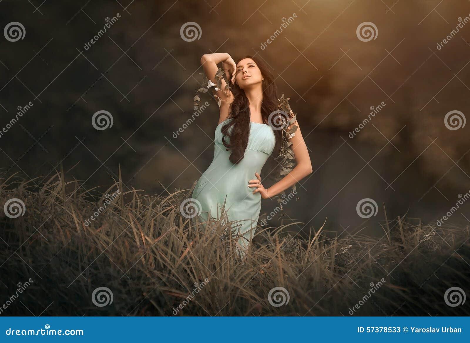 Fantasie fairytale en mooie vrouw - dryade