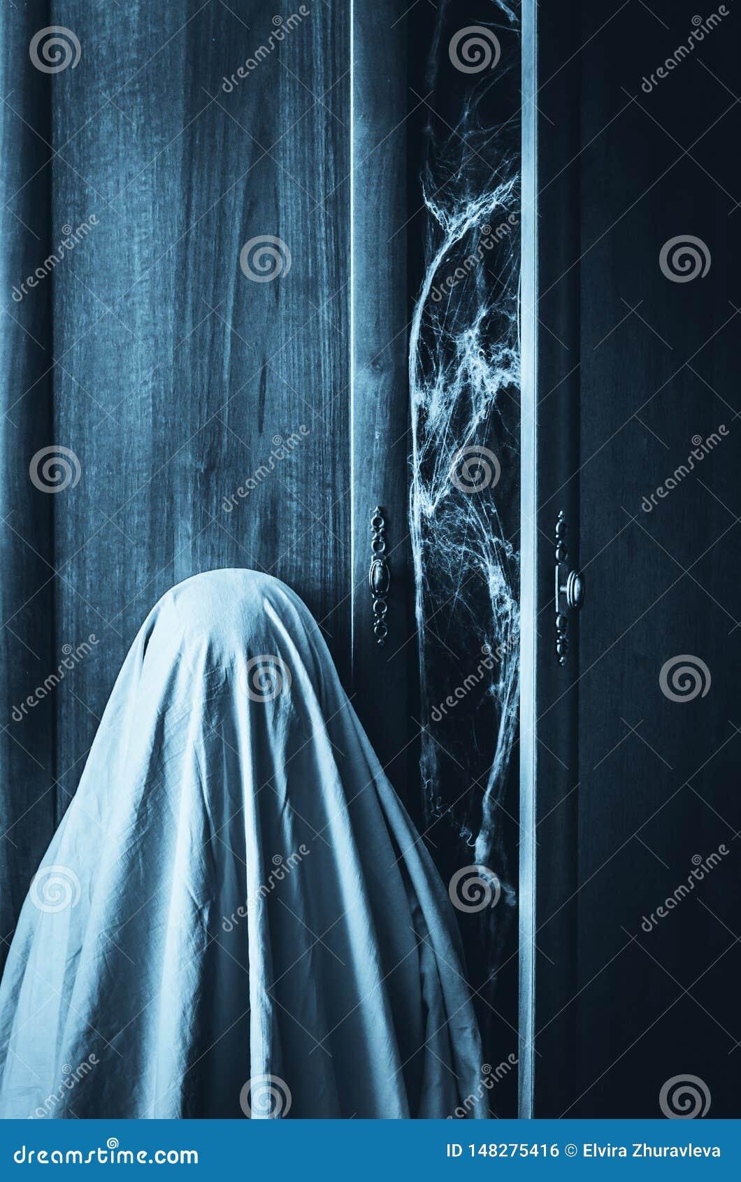 Fantasma cerca del guardarropa espeluznante con el spiderweb dentro