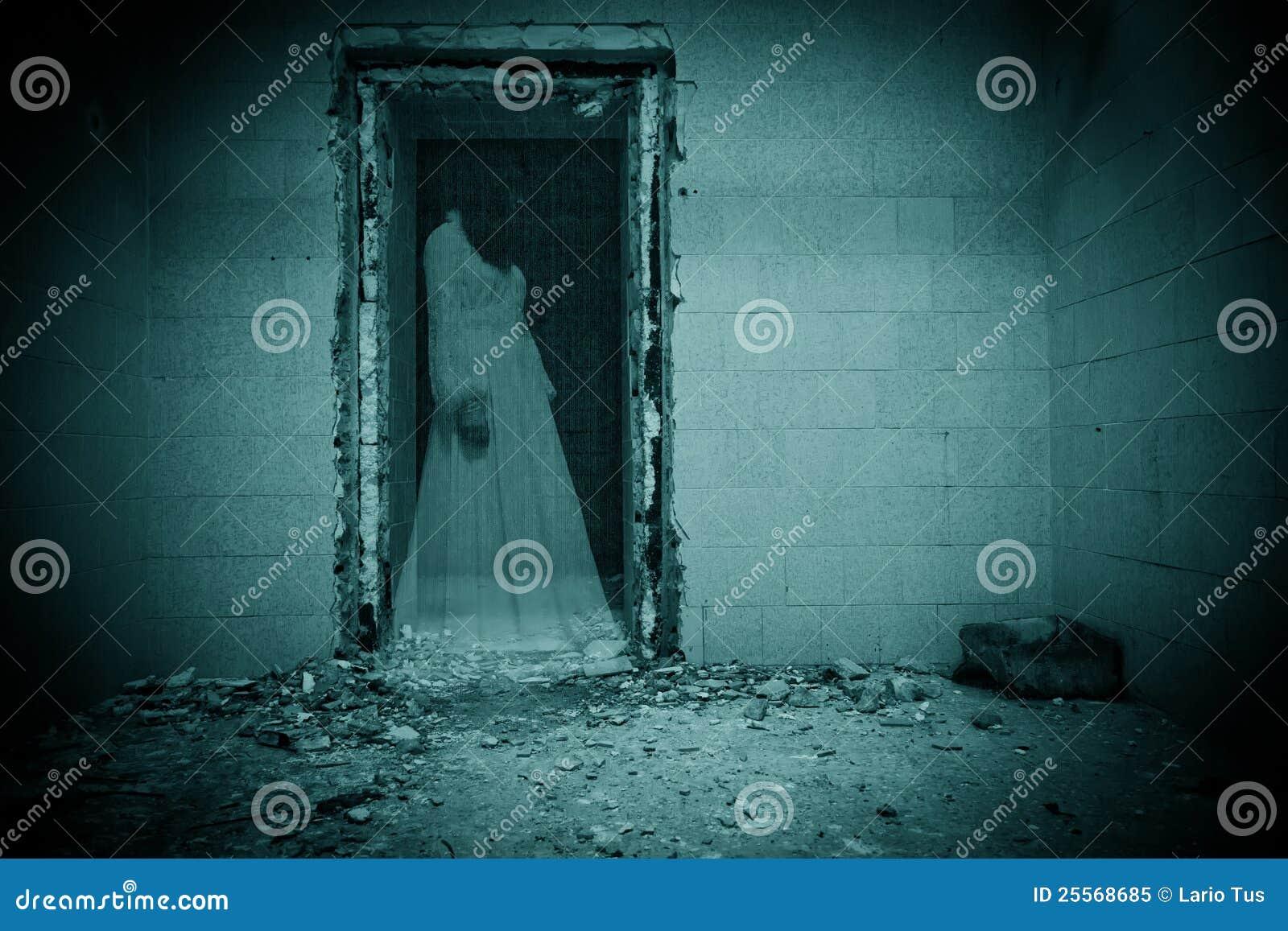 Fantasma da noiva em um quarto escuro