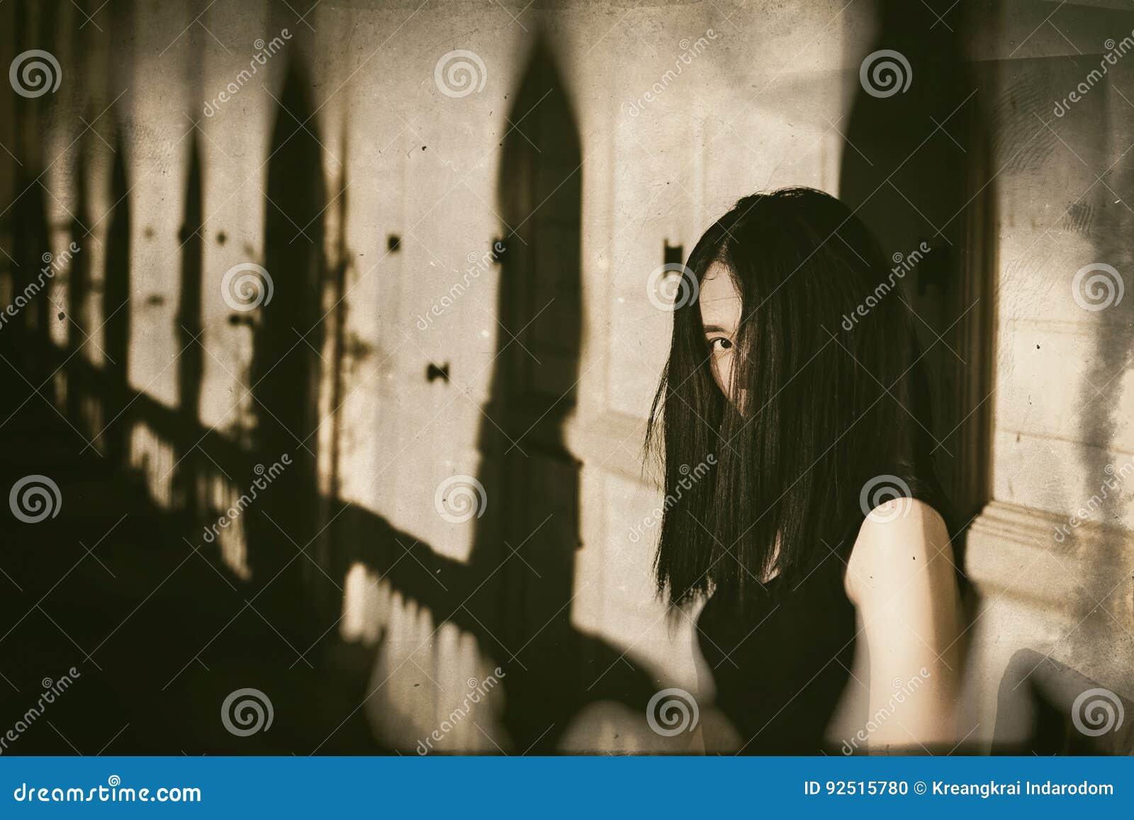 Fantasma en la casa encantada, mujer misteriosa, escena del horror de asustadizo