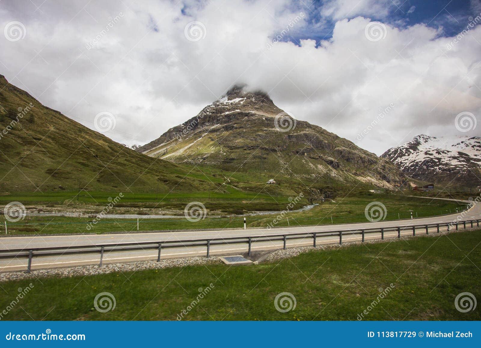 Fantastisch landschap van een weg in Zwitserland met Zwitserse alpen