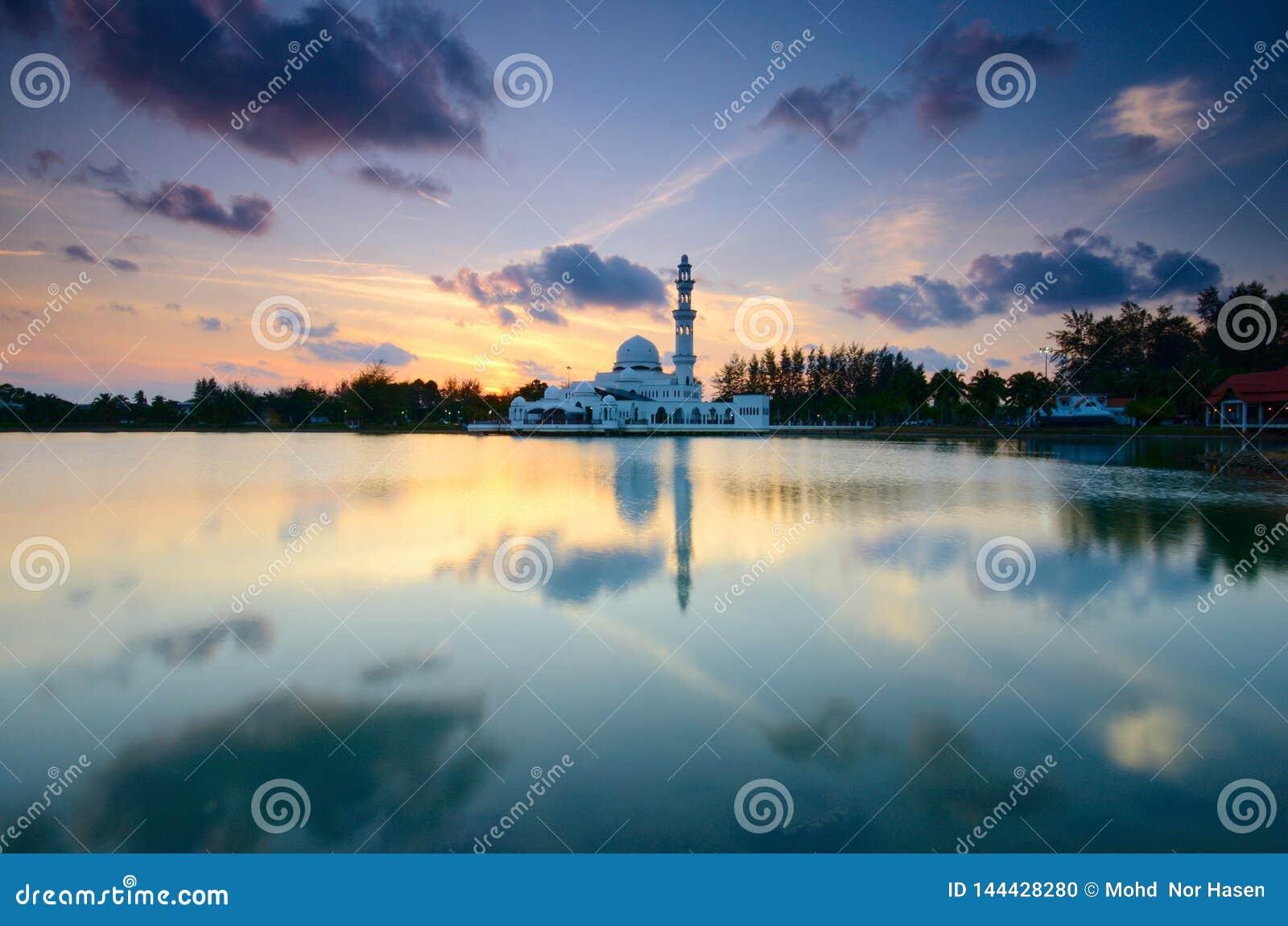 Fantastische Ansicht während des Sonnenuntergangs von Moschee Tengku Tengah Zaharah im terengganu Malaysia