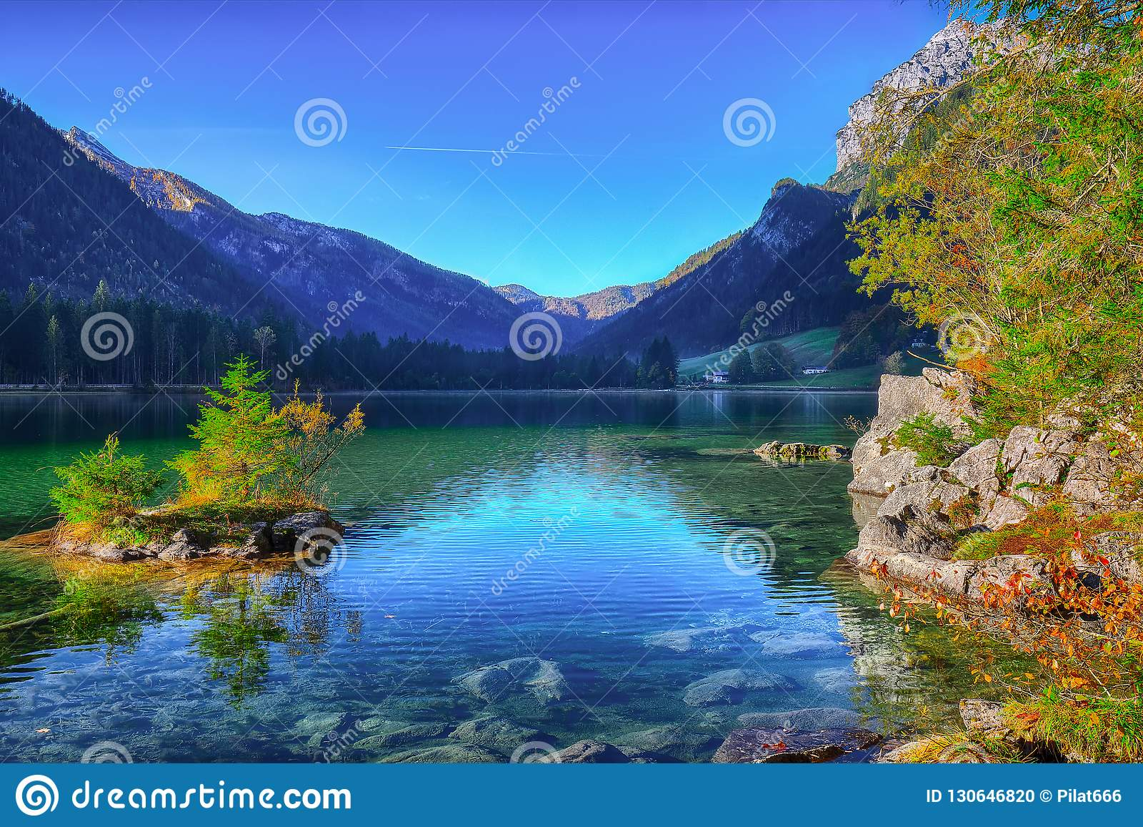 Fantastische de herfstzonsopgang van Hintersee-meer Mooie scène van t
