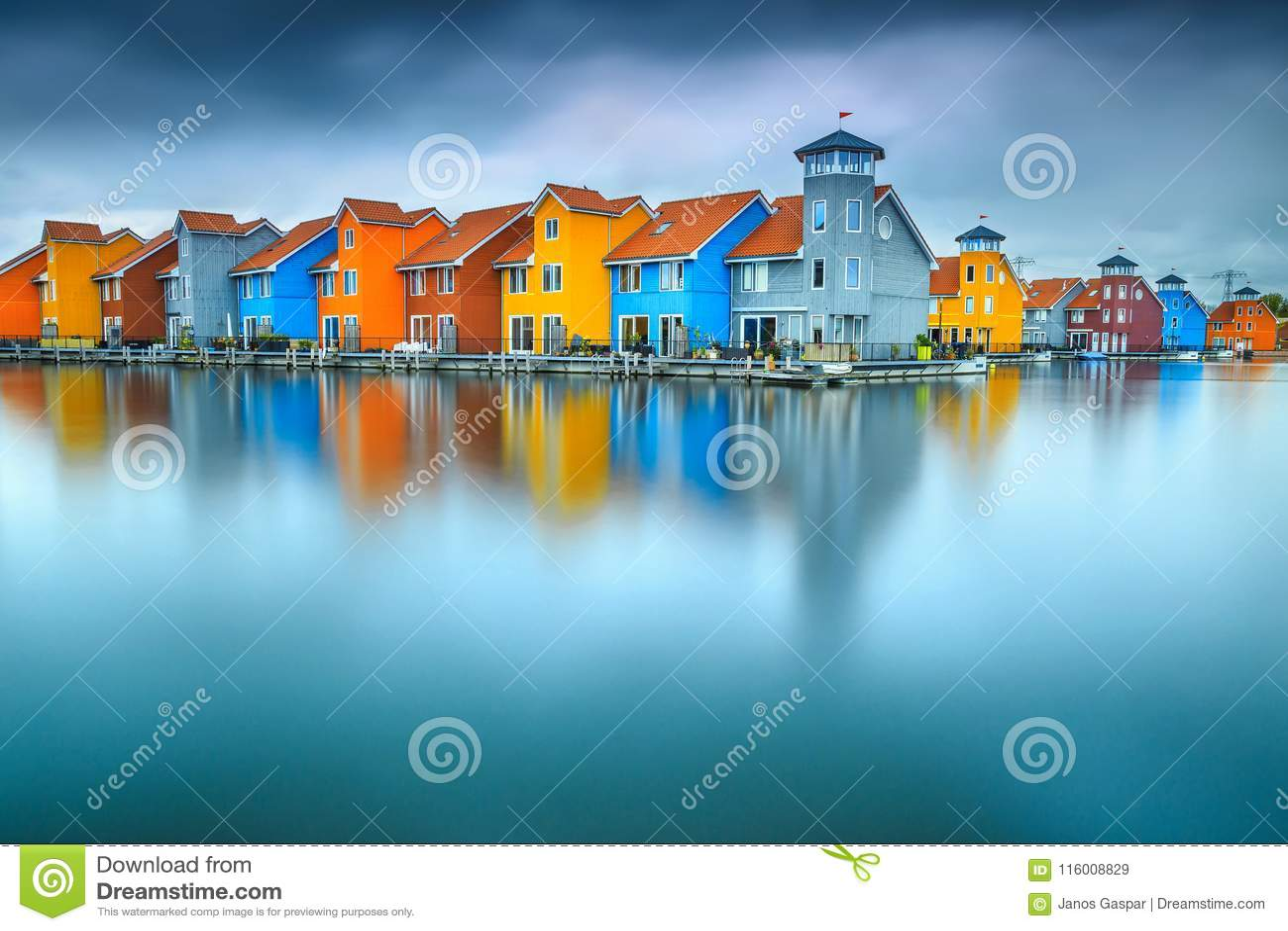 Fantastische kleurrijke gebouwen op water, Groningen, Nederland, Europa
