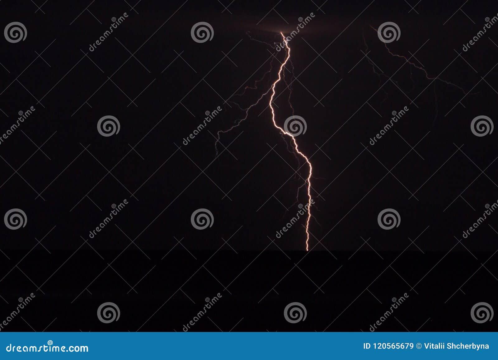 Fantastische mening die van elektrische firebolt neer naar de grond, klimaat opvlammen