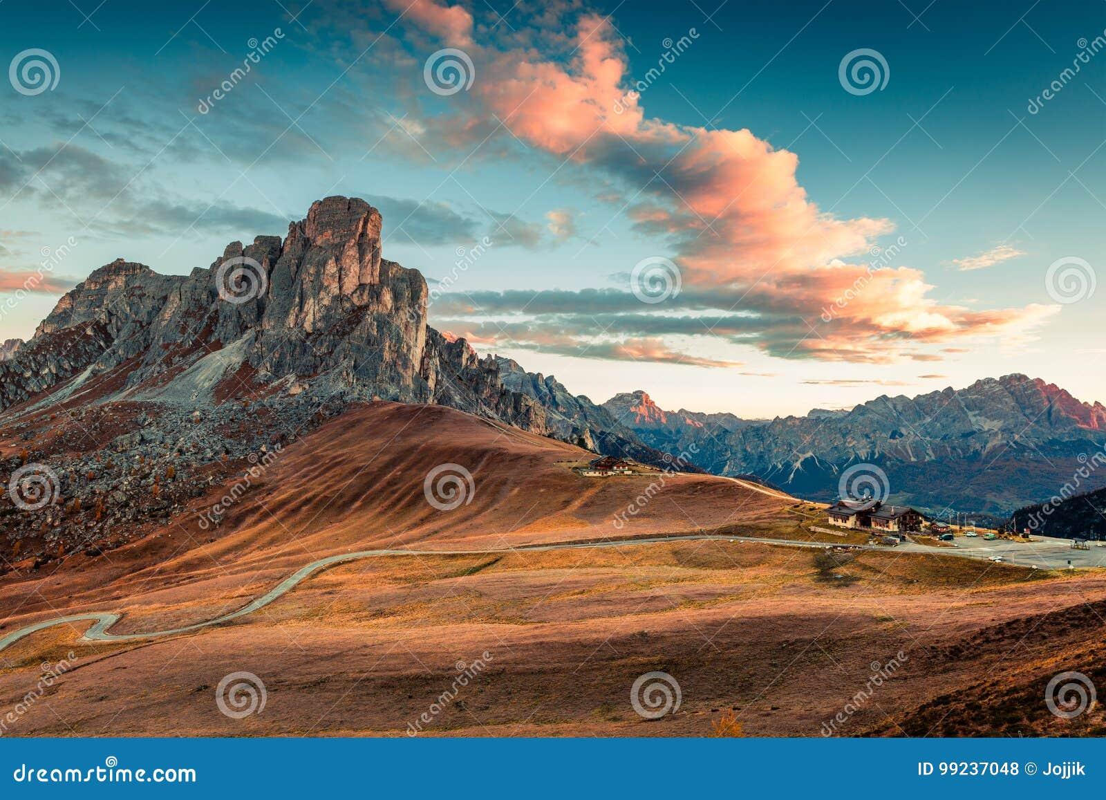 Fantastische ochtendmening vanaf de bovenkant van Giau-pas met beroemd Ra Gusela, Nuvolau-pieken op achtergrond