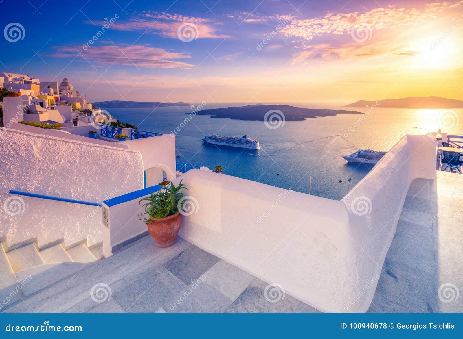 Fantastisk aftonsikt av Fira, caldera, vulkan av Santorini, Grekland med kryssningskepp på solnedgången