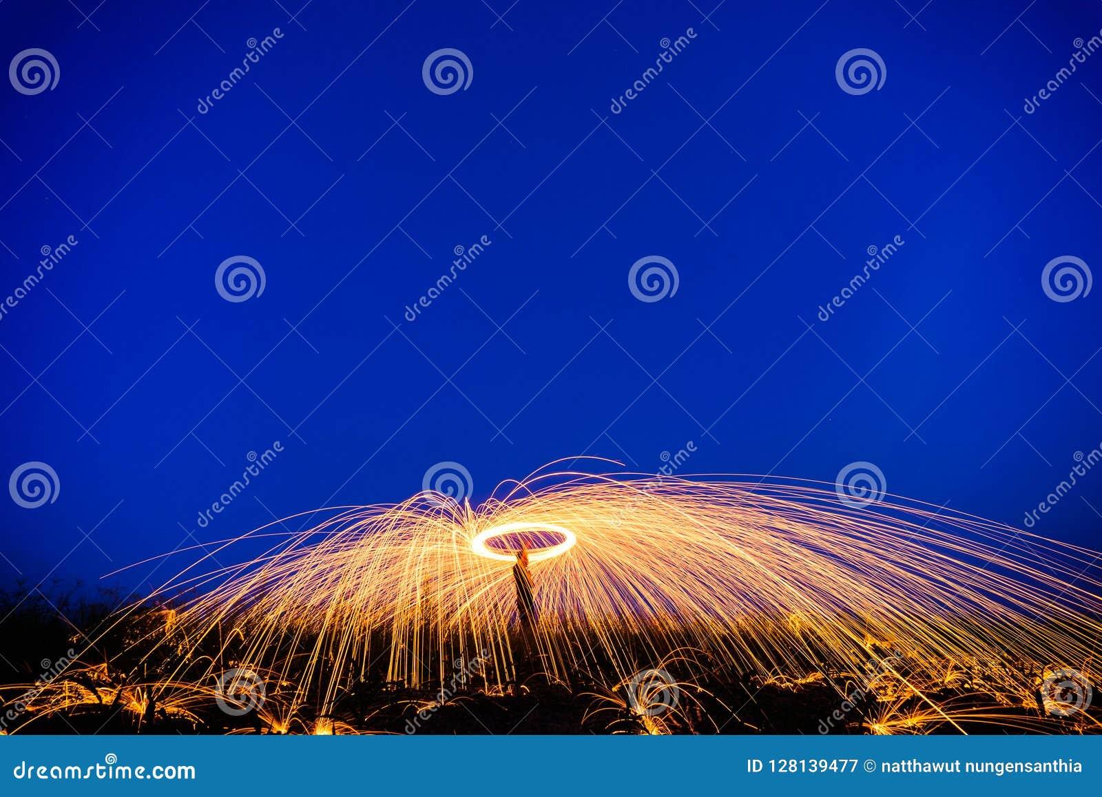 Fantastisk brandshow på natten på festival- eller brölloppartiet Brand da