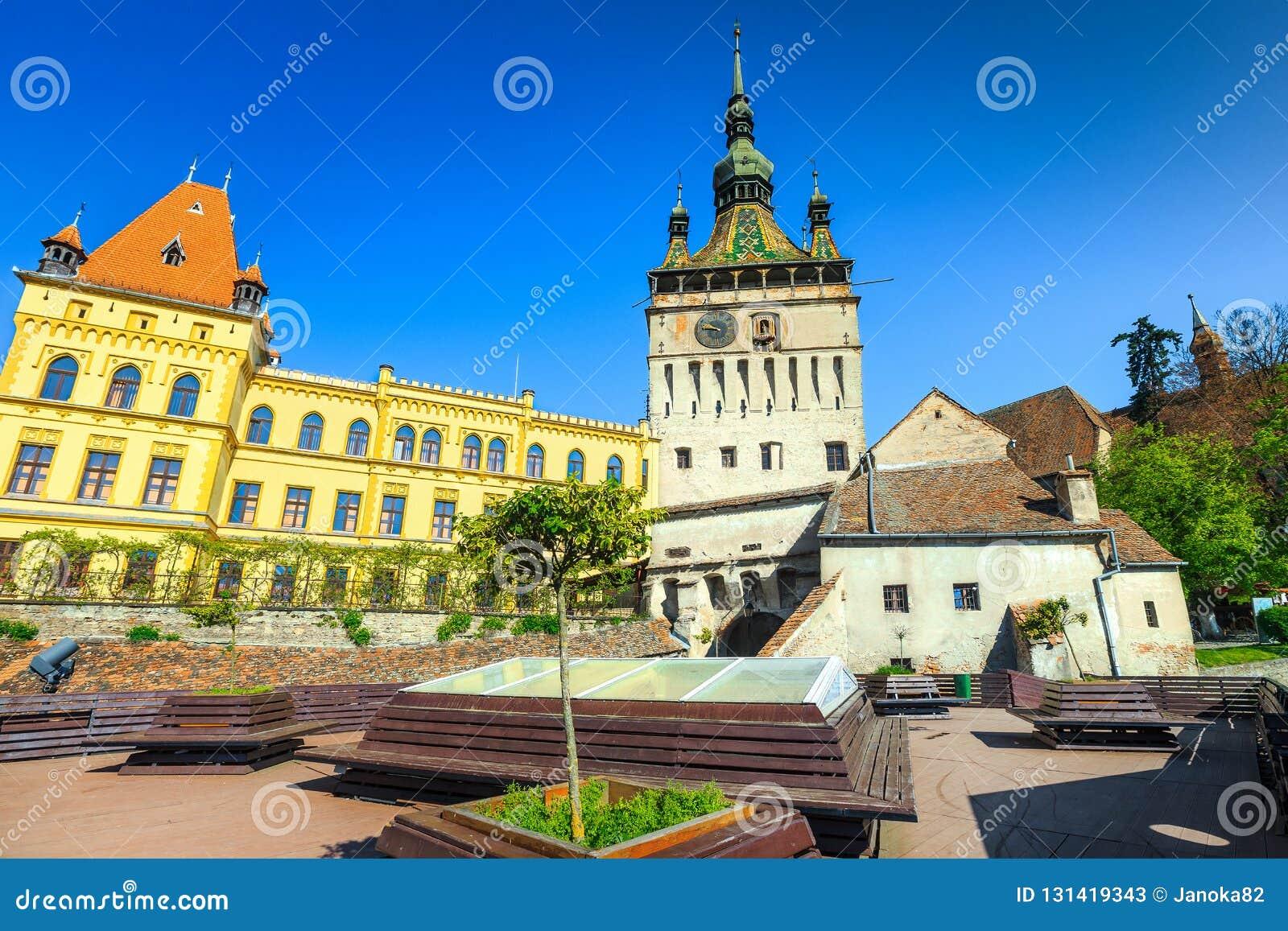 Fantastisk byggnad för klockatorn i den bästa touristic staden, vila ställe med bänkar, Sighisoara, Transylvania, Rumänien, Europ