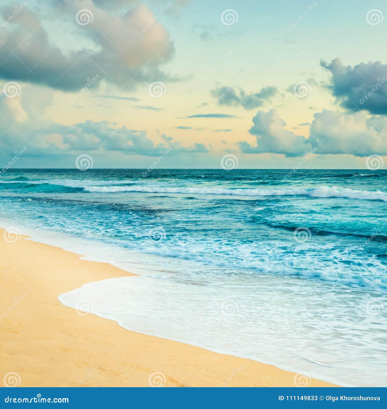 Fantastisk liggande över havssoluppgång glass förstorande översiktslopp för destination