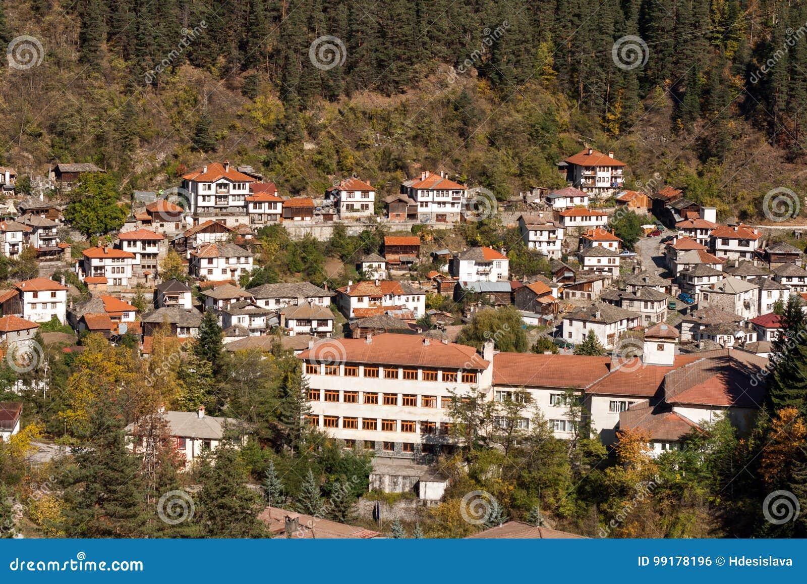 Fantastisk panorama av staden av Shiroka Laka och Rhodope berg, Smolyan region