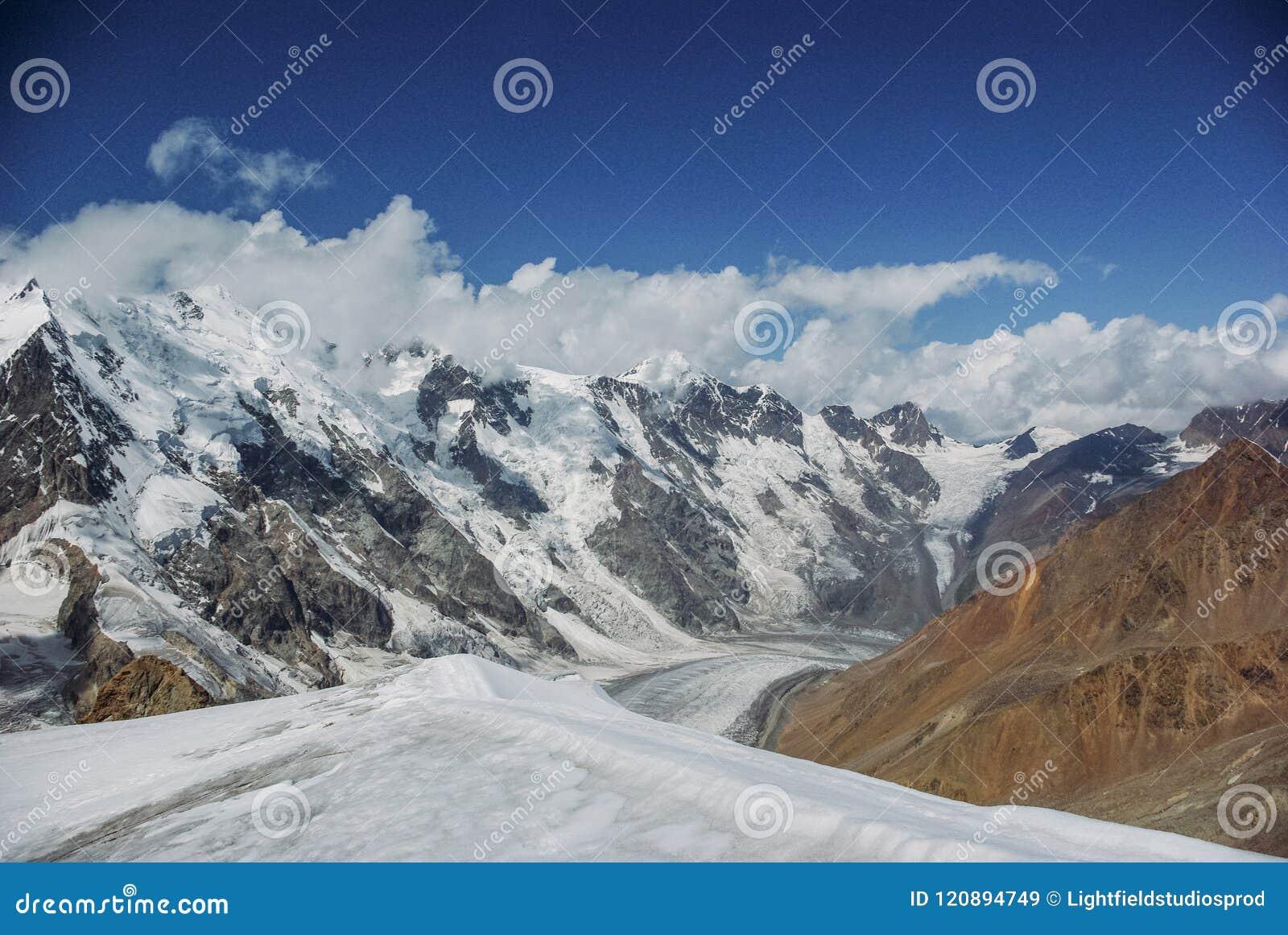 Fantastisk sikt av berglandskapet med snö, rysk federation, Kaukasus,