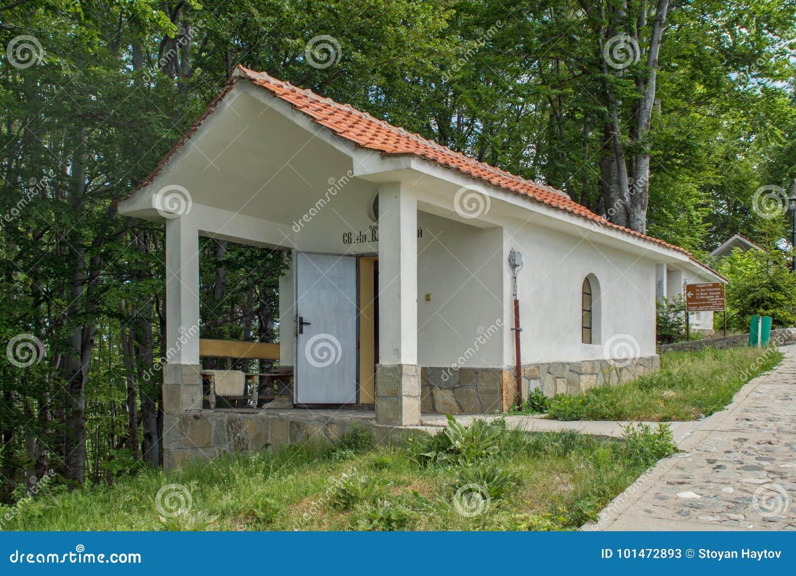 Fantastisk sikt av kyrkor i skogen för Krastova gorakors, Rhodope berg, Bulgarien