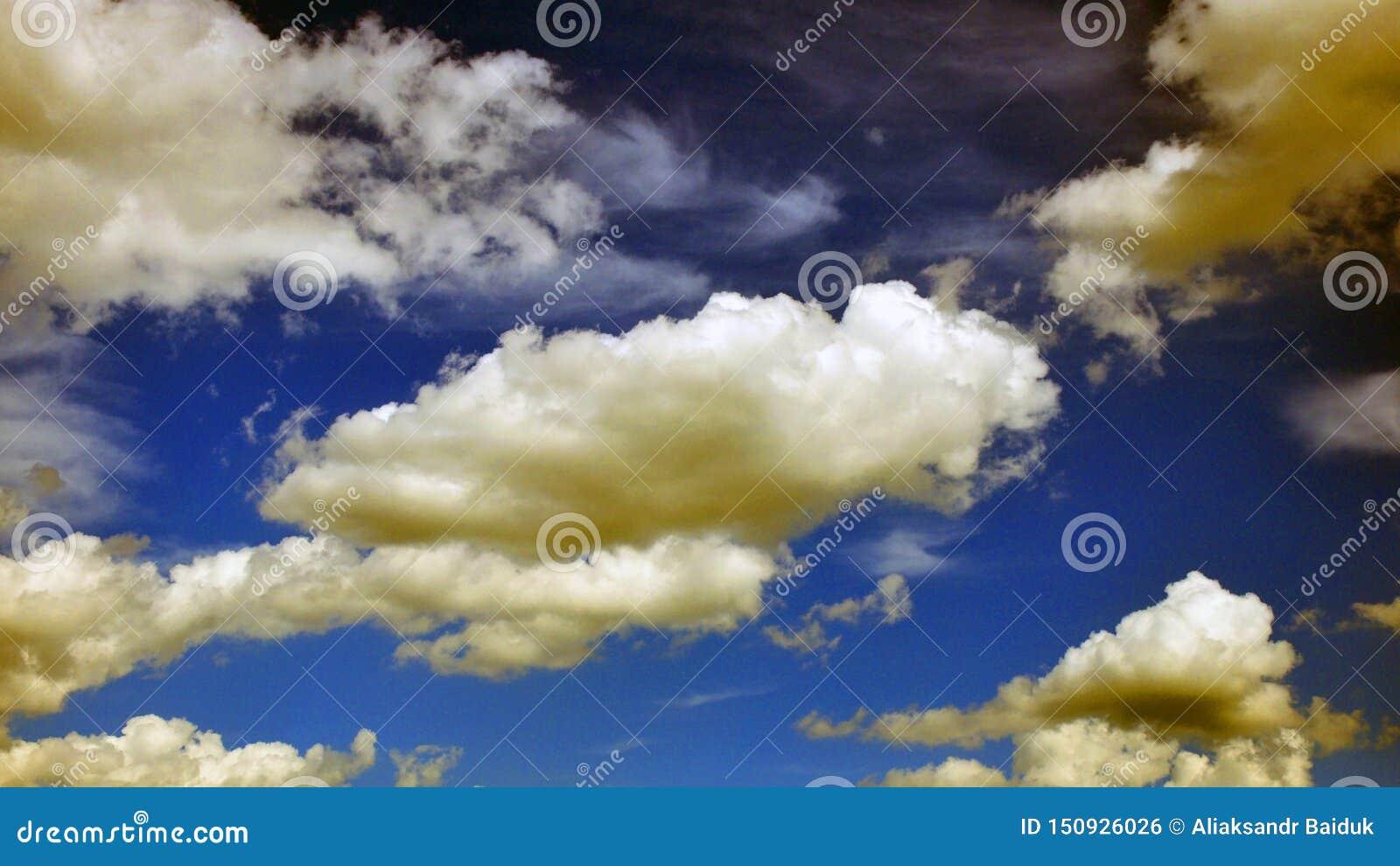 Fantastisk sikt med moln efter regn textur