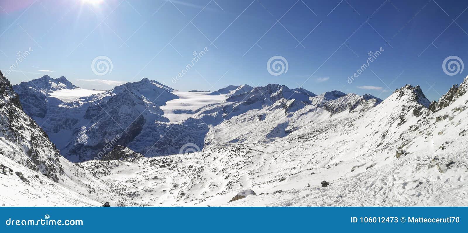 Fantastisk sikt på ankomsten av cablewayen Presena till glaciären Adamello, Lobbie, Presanella och Pian di Neve