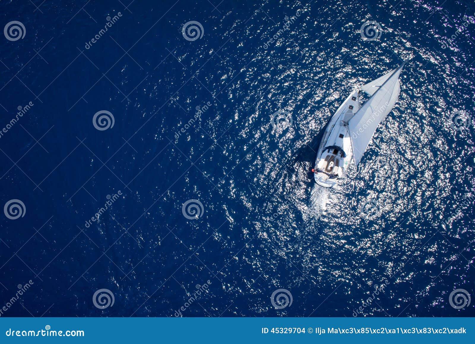 Fantastisk sikt som seglar segling i det öppna havet på den blåsiga dagen Surrsikt - fågelögonvinkel