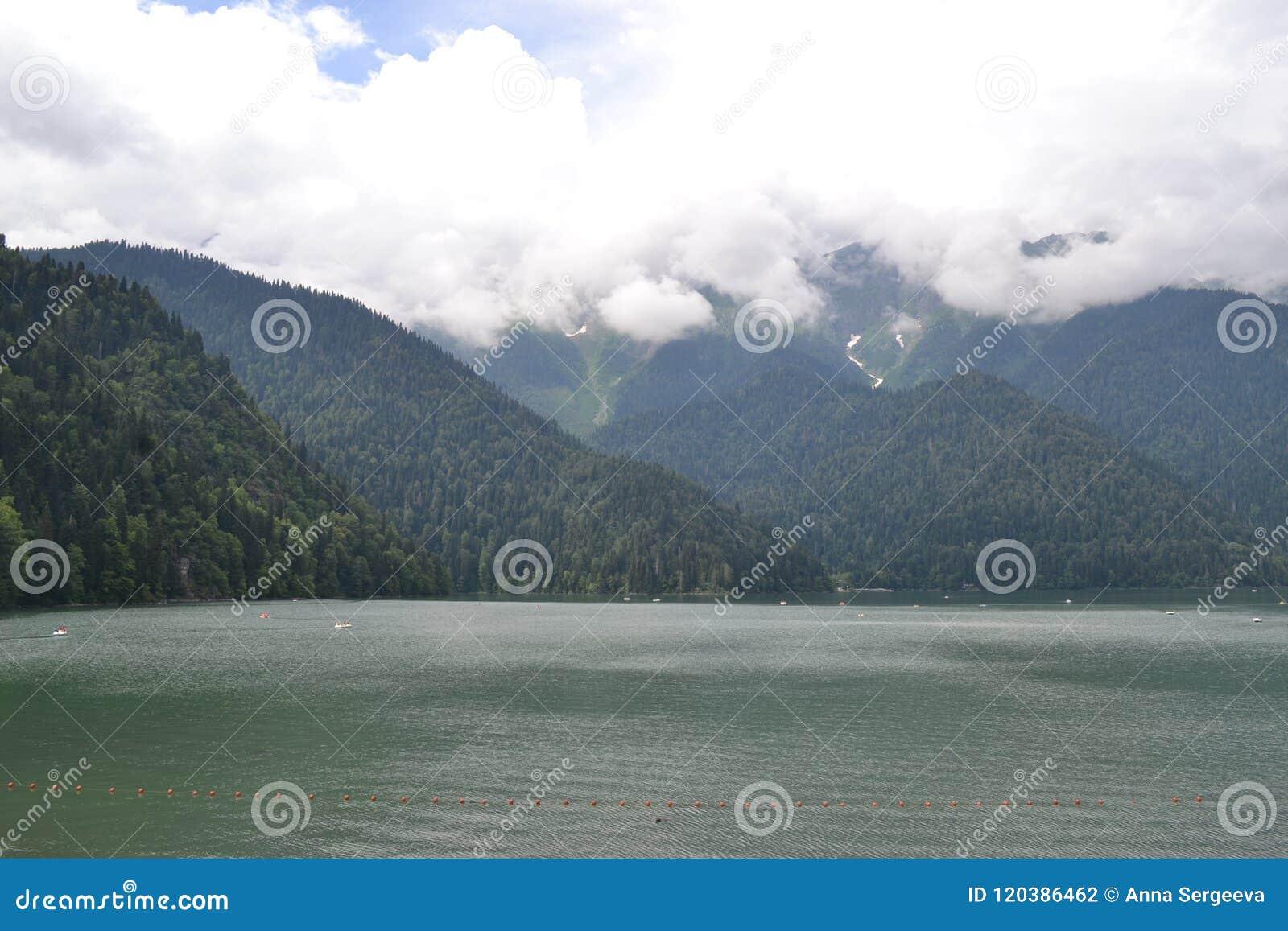 Fantastisk sjö Ritsa i de Kaukasus bergen