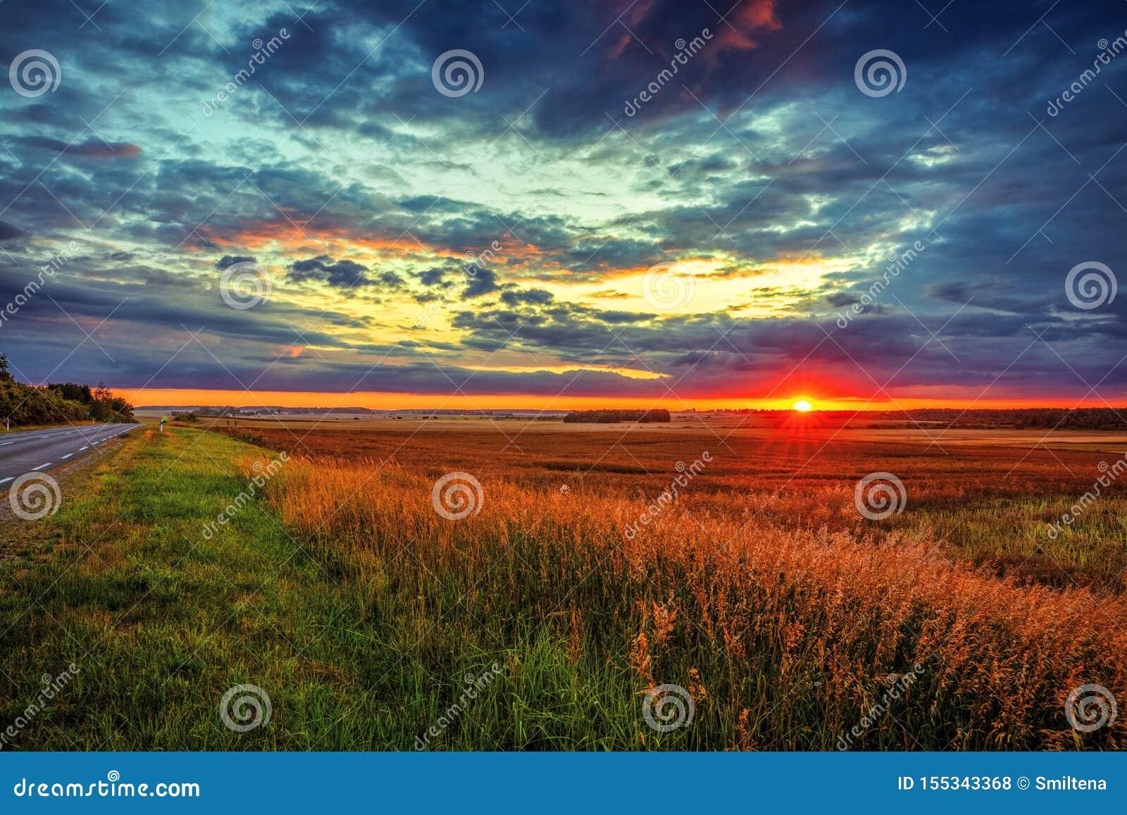 Fantastisk solnedgång över fälten i bygden