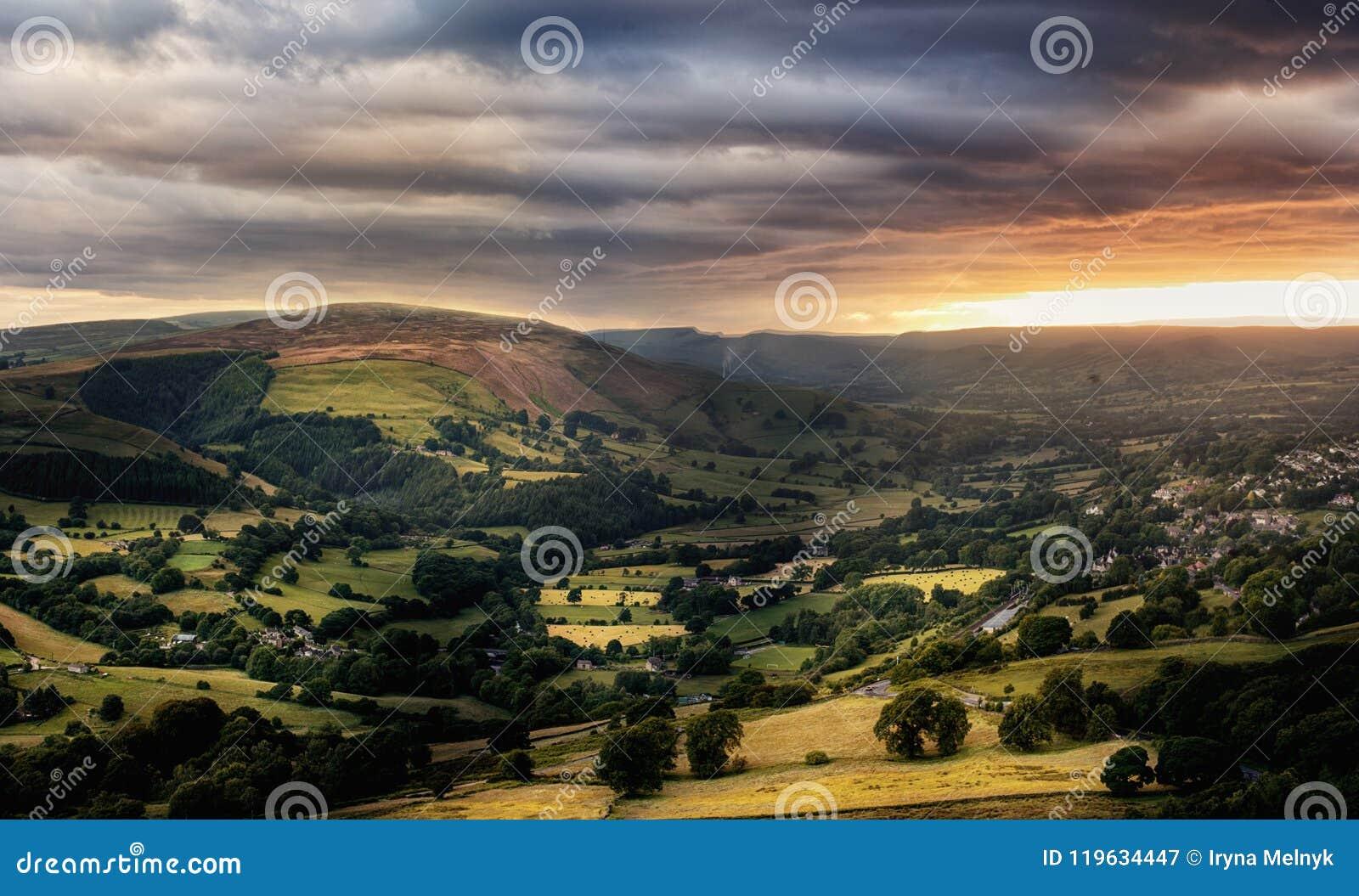 Fantastisk solnedgång, maximal områdesnationalpark, Derbyshire, England, Förenade kungariket, Europa