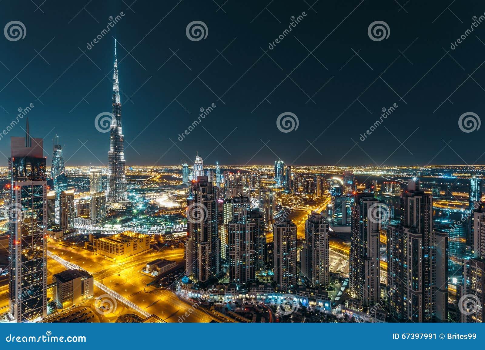 Fantastisk taksikt av Dubais moderna arkitektur vid natt