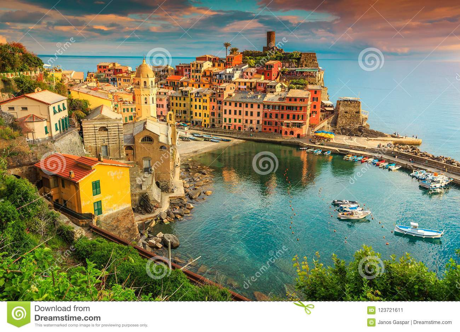 Fantastisk Vernazza by med färgrik solnedgång, Cinque Terre, Italien, Europa