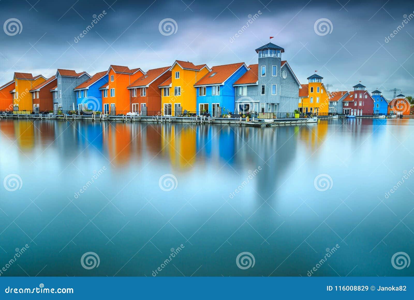 Fantastiska färgrika byggnader på vatten, Groningen, Nederländerna, Europa