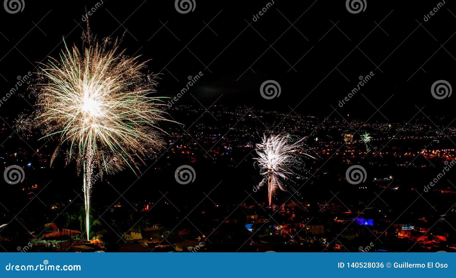 Fantastiska fyrverkerier över en stad vid natt