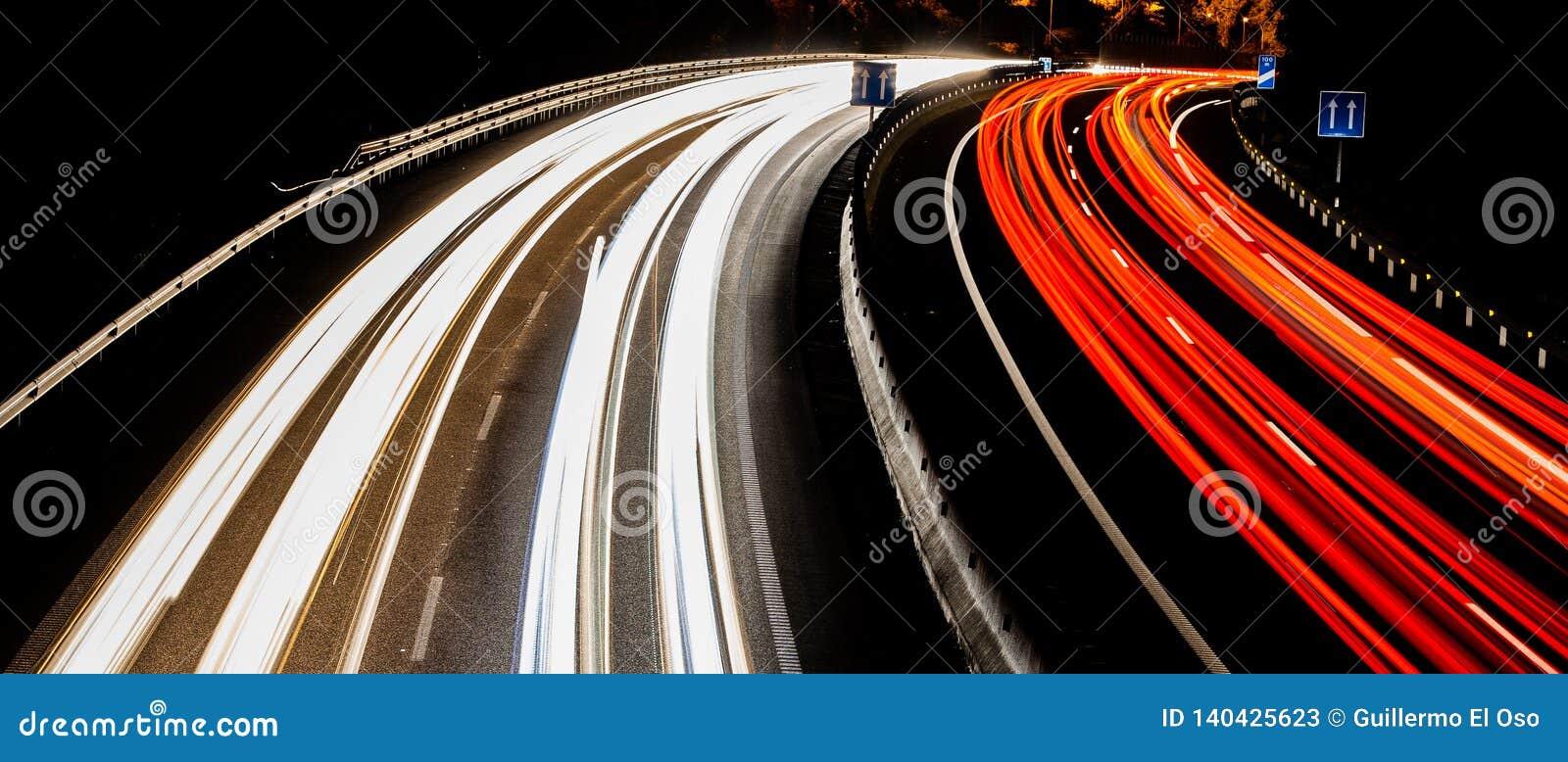 Fantastiska ljusa slingor på huvudvägen i tenerife