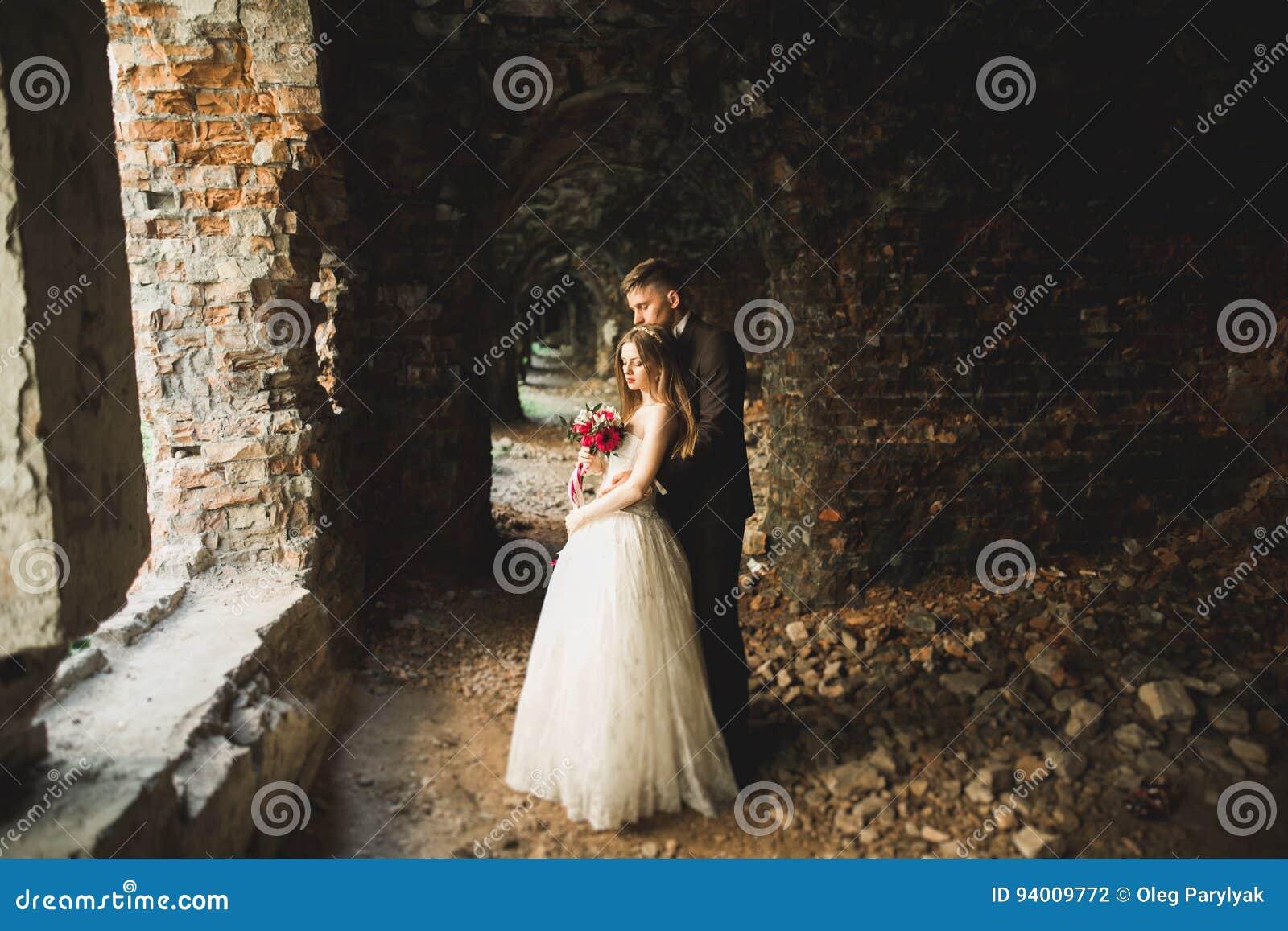 Fantastiska lyckliga försiktiga stilfulla härliga romantiska caucasian par på den forntida barocka slotten för bakgrund