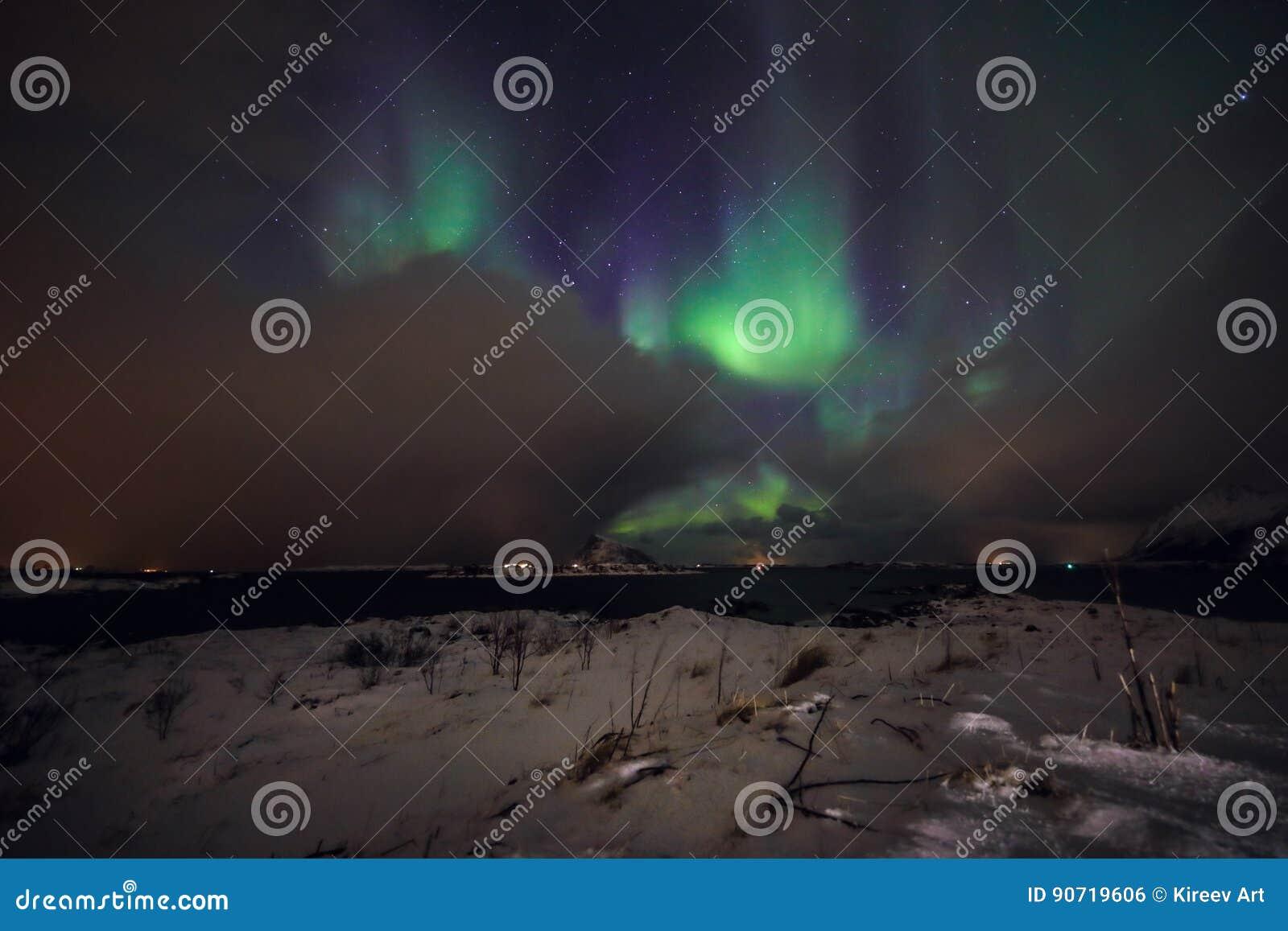 Fantastiska mångfärgade Aurora Borealis vet också som nordliga ljus i natthimlen över det Lofoten landskapet, Norge, Skandinavien