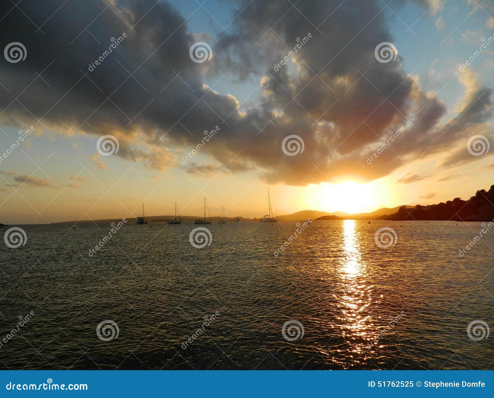 Fantastiska solnedgångar av det medelhavs-