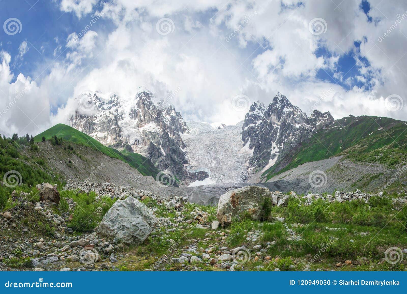 Fantastiskt bergKaukasus landskap av maxima av berg Tetnuldi, Gistola och Dzhangi-Tau och glaciär Lardaad i Svaneti Georgia