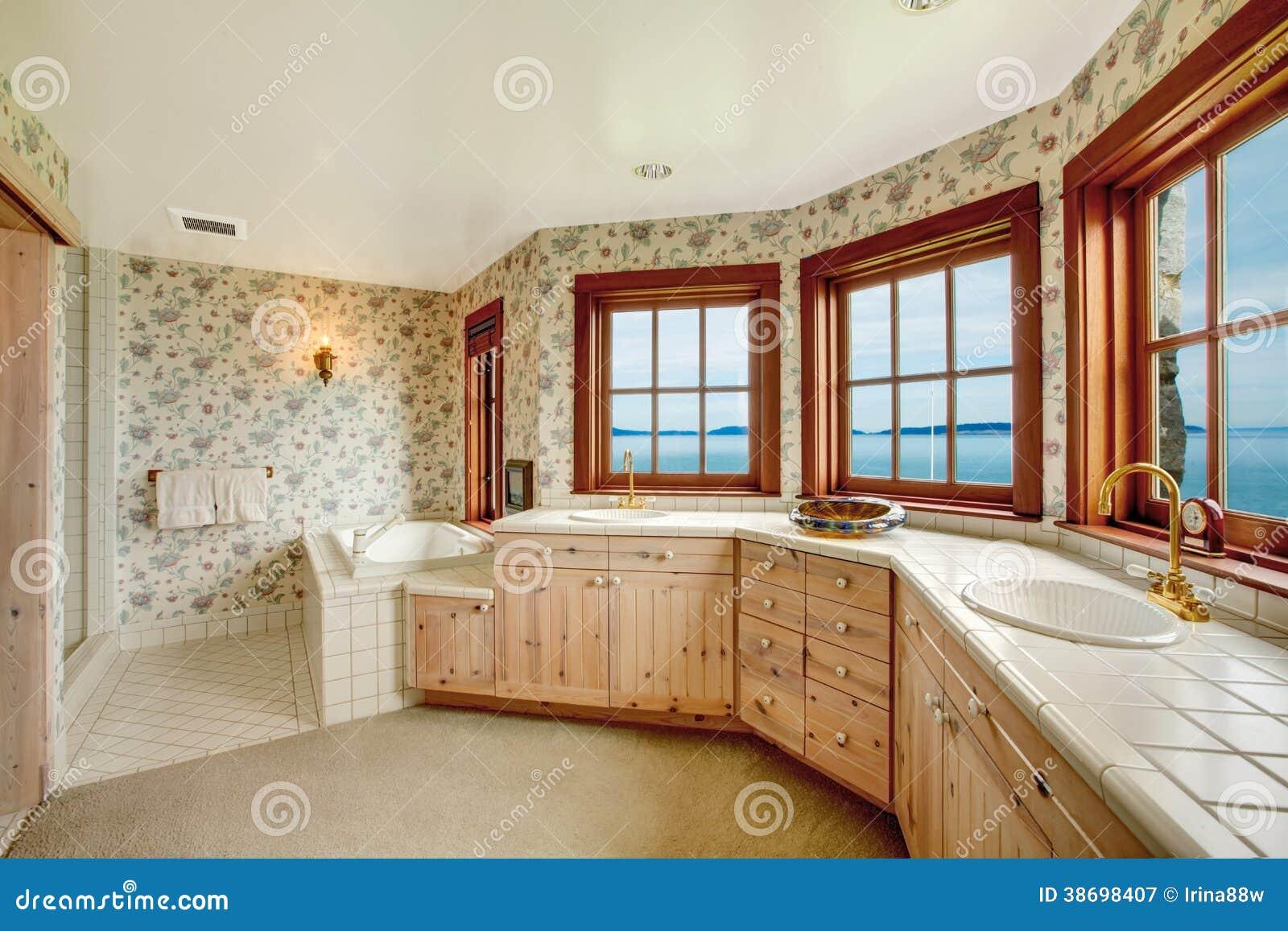 Fantastiskt blom  badrum med franska fönster royaltyfri fotografi ...