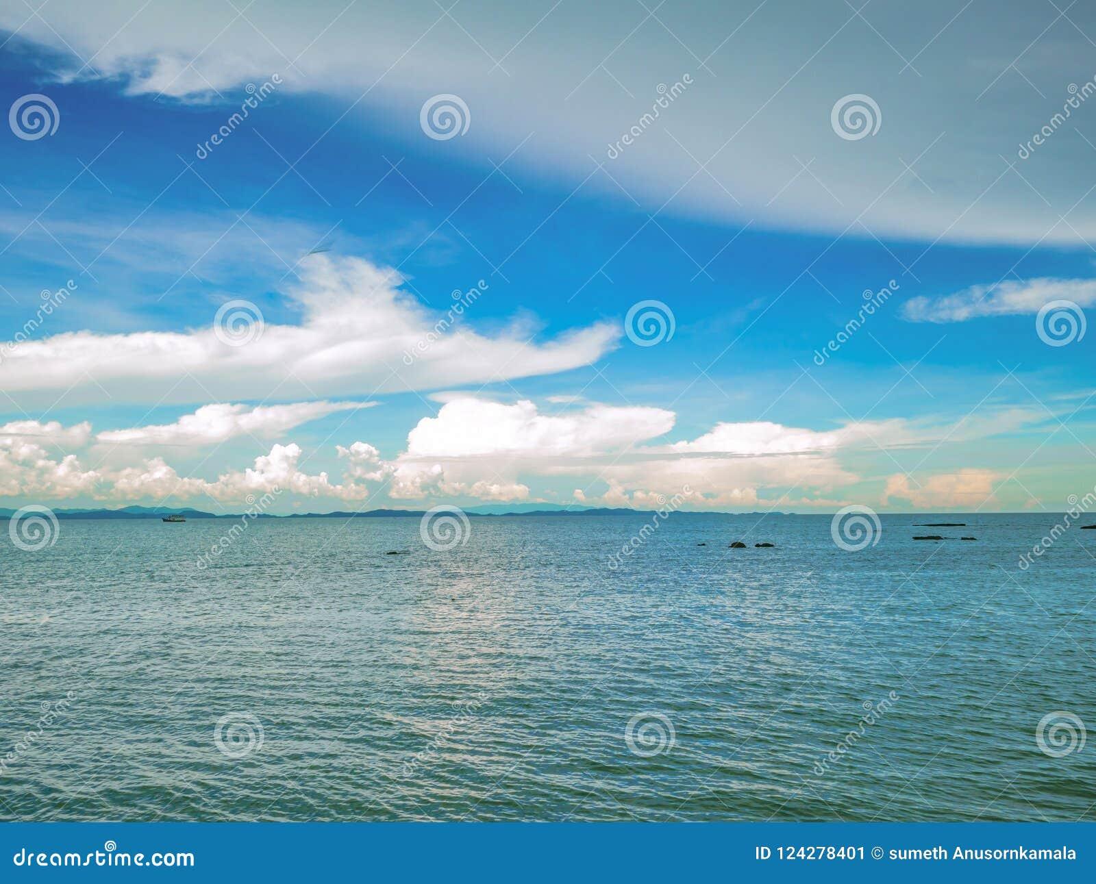 Fantastiskt idylliskt hav och molnig himmel med den ändlösa horisonten