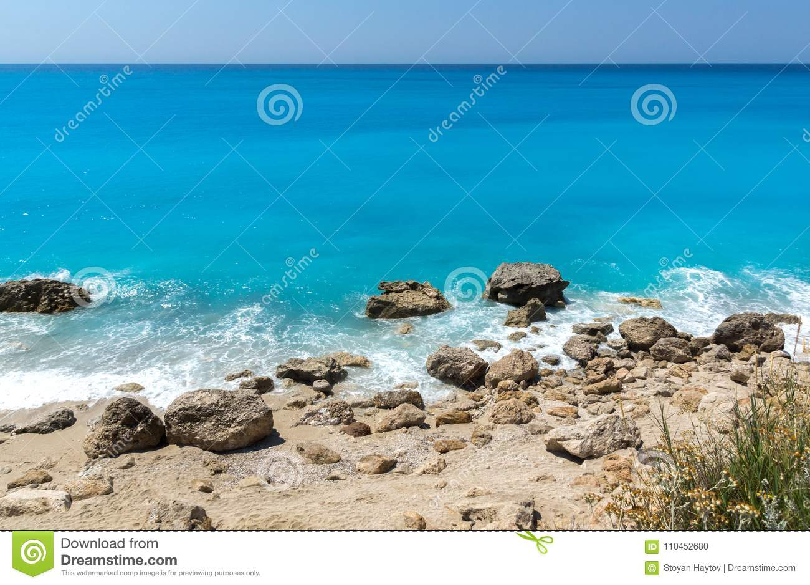 Fantastiskt landskap av blått vatten av Megali Petra Beach, Lefkada, Grekland
