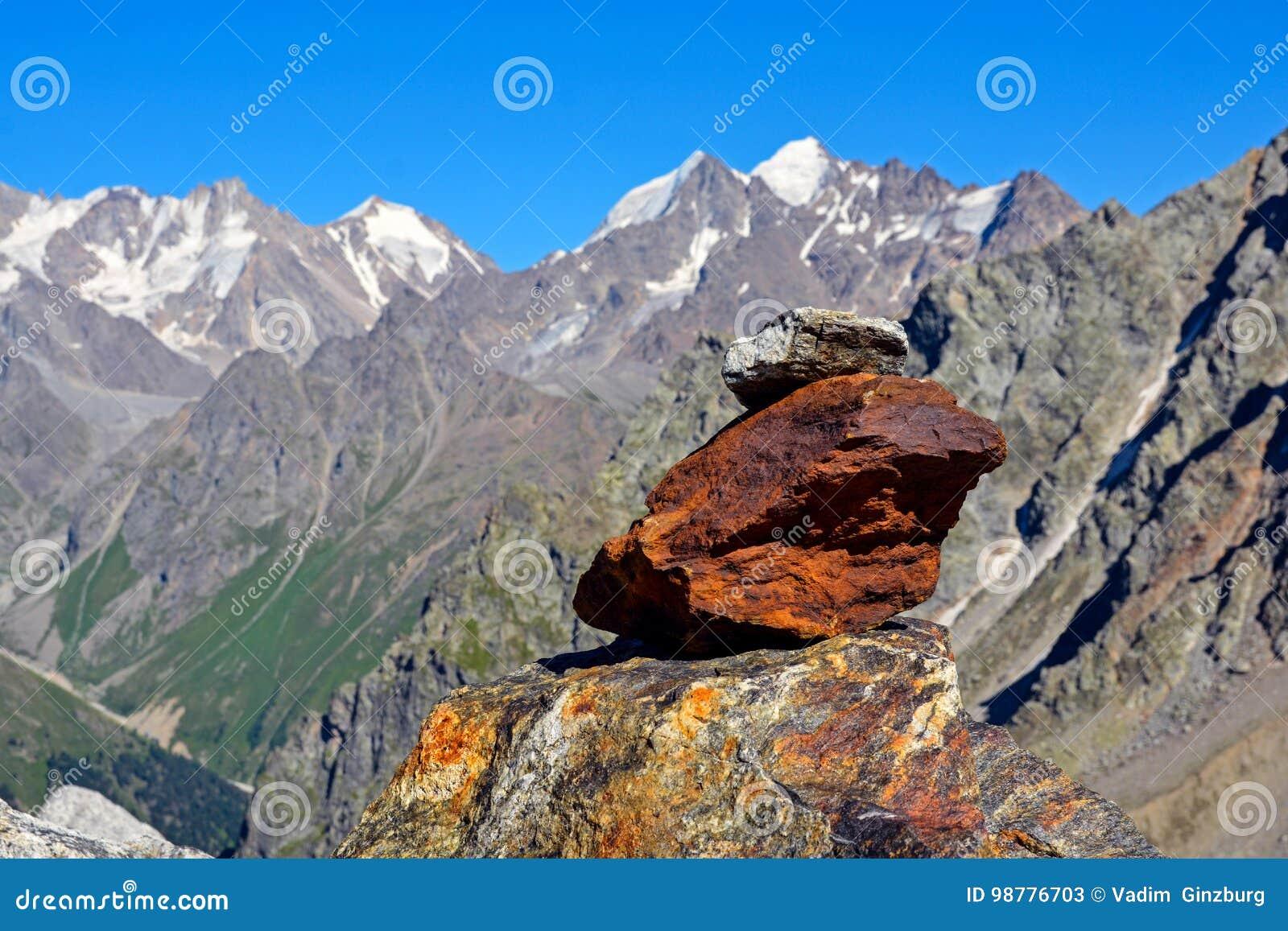 Fantastiskt landskap av steniga berg och blå himmel, Kaukasus, Ryssland