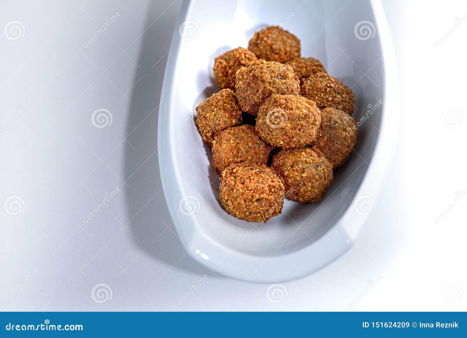 Fantastiskt och oemotståndligt uppläggningsfat av rättvis-stekte falafelbollar